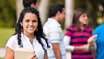 <p style=text-align: justify;>El British Council en Colombia presenta su tercera <strong>Feria Educativa</strong>, en la que jóvenes y adultos podrán acceder a la amplia oferta educativa que diversas instituciones británicas traen al país <strong>para pregrados, maestrías, doctorados y cursos de inglés, así como facilidades de financiamiento.</strong> 30 prestigiosas entidades del sector educativo del Reino Unido, entre ellas colegios colleges y universidades , estarán presentes en Bogotá, Medellín y Cali ofreciendo gran variedad de alternativas de educación superior para estudiantes y profesionales colombianos de 16 años o mayores.</p><p style=text-align: justify;></p><p style=text-align: justify;></p><p><strong>Lee también</strong><br/><a style=color: #ff0000; text-decoration: none; title=Guía online de Universia para estudiar o trabajar en el extranjero href=https://noticias.universia.es/en-po rtada/noticia/2013/06/18/1030831/que-carrera-elegir.html>» <strong>Guía online de Universia para estudiar o trabajar en el extranjero </strong></a></p><p style=text-align: justify;><br/><br/><br/>A partir del 28 de febrero hasta el 4 de marzo, las universidades del Reino Unido visitarán las tres ciudades colombianas. En 2014, la feria reunió a más de<strong> 4 mil visitantes solamente en dos ciudades.</strong> Este año se espera superar el número de visitantes.<br/><br/><br/>La Feria Education UK Exhibition 2015, organizada por el British Council en Colombia, trae a Bogotá, Medellín y Cali las más reconocidas instituciones educativas del Reino Unido.</p><p style=text-align: justify;><br/><br/>En esta tercera edición 2015, la feria se ha perfilado como la más importante en Colombia ya que, año tras año, <strong>ha venido reuniendo a las mejores universidades, colleges e institutos de Inglaterra, Gales, Escocia (juntos, Gran Bretaña) e Irlanda del Norte</strong>, así como a las organizaciones dedicadas a temas de becas y financiamiento como COLFUTURO, ICETEX, Chevening y Colc