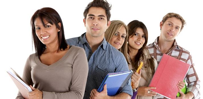 """<p style=text-align: justify;>Education First (EF) presentó su más reciente Índice de Nivel de Inglés para Compañías (EPI-c) por sus siglas en inglés. Los resultados demostraron que las organizaciones siguen luchando para mantenerse al día en el aprendizaje de una segunda lengua, entre las que se destaca el dominio del inglés.</p><p style=text-align: justify;></p><p style=text-align: justify;>El estudio, que fue realizado a 105.093 adultos en 32 países, reveló que los altos ejecutivos y gerentes son menos competentes en el idioma Inglés en comparación con las gerencias medias. Así quedó demostrado en la investigación, la cual afirma que en casi la mitad de los países analizados, los empleados tienen mejor dominio del inglés que sus jefes.</p><p style=text-align: justify;></p><p style=text-align: justify;>Así mismo, Colombia hace esfuerzos por mejorar sus sistemas educativos con el aprendizaje del idioma inglés. Sin embargo, las empresas deben enfocarse en la enseñanza del idioma a todos sus ejecutivos y así lograr ser más competitivos y obtener mejores oportunidades de negocio en el mundo.</p><p style=text-align: justify;></p><p style=text-align: justify;>""""En el caso de Colombia es fundamental mejorar nuestro nivel del inglés en casi todos los sectores para participar efectivamente en la economía global, y así beneficiarnos de las oportunidades de negocio alrededor del mundo. Aún queda mucho por trabajar. A medida que las compañías han empezado a entender el dominio del inglés como un componente estratégico para la competitividad y la innovación, comenzamos a notar una tendencia de mejora"""". Asegura Mario Plata, Gerente General de EF Coporate Solutions en Colombia –división especializada en programas empresariales-.</p><p style=text-align: justify;></p><p style=text-align: justify;>Por su parte Peter Burman, CEO de la compañía, afirma que los empleados están haciendo un mejor trabajo de comunicación a nivel internacional, pero hay una alarma para lograr una colaborac"""