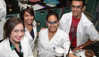 Estudiantes en laboratorio de la UPR en Carolina.