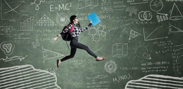 """<strong>Estudiar dos carreras a la vez</strong> requiere de bastante esfuerzo y organización, pero también te hará optimizar el tiempo de la mejor manera. <br/><br/><br/>Al estudiar dos carreras al mismo tiempo <span>no solo</span><strong>amplias tus conocimientos</strong> sino también tus <strong>posibilidades laborales a futuro</strong>. Si vas a emprender este camino, descubre algunos tips que te ayudarán a organizarte y lograr <strong>estudiar dos carreras a la vez</strong>. <br/><br/><br/><h2>6 tips para estudiar dos carreras a la vez</h2><br/><strong>1 – Sé realista</strong><br/><br/>Tener en claro que no podrás ser excelente en todo y <strong>aceptar que habrá cuestiones que tendrás que dejar de lado para cumplir con otras</strong> es importante para no sentirse frustrado. <br/><br/><div>Lo más probable es que en algún momento de las carreras debas priorizar una sobre otra. Por ejemplo, <strong>si estás en período de exámenes de una deberás pausar la otra</strong>, pero esto no quiere decir que la abandones por completo .<br/><br/><strong><br/>2 – Mantente motivado</strong><br/><br/>Si piensas realizar dos carreras al mismo tiempo, con lo exigente que esto resulta, es porque debes tener un buen motivo para lograrlo. <strong>No pierdas de vista este objetivo</strong> porque la motivación es fundamental para encarar cada día. <br/><strong><br/><br/>3 – Olvídate de la intensa vida social</strong><br/><br/>Y no solo de la """"intensa"""" vida social, sino que prácticamente de toda la vida social. Claro que no te volverás un ermitaño total, pero <strong>tampoco podrás estar en cada salida con tus amigos</strong> ni tendrás la mayoría de los fines de semana libres. <br/><br/>Aquí también mencionamos que <strong>tener en claro cuál es tu objetivo</strong> para realizar este gran esfuerzo es <strong>clave para no doblegar tu voluntad</strong>. <br/><br/><strong><br/>4 – Averigua sobre la posibilidad de revalidar materias</strong><br/><br/>Si las carreras que piensas cursar"""