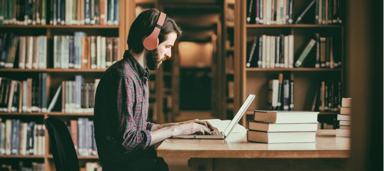 <p>Começa mais um longo dia de preparação e estudo. Você senta na sua mesa favorita, empunha a sua caneta predileta e abre o caderno novinho, com o livro didático do lado. Lá se vão cinco minutos e, quando percebe, você passou todo esse tempo olhando uma fenda na parede ou checando mensagens no celular.</p><p>A atenção baixa e a falta de foco são problemas mais comuns do que você imagina. Na era em que vivemos, com distrações de todos os lados, o problema pode ficar ainda maior.</p><p>Fique calmo, existe solução! Com alguns passos e com firmeza, você é capaz de aumentar a sua concentração.</p><p>Conheça <strong>cinco</strong><strong>ações para aumentar o foco nos estudos</strong>e boa sorte.</p><p></p><p><strong>1. Antecipe as interrupções</strong></p><p>Sabia que algumas das interrupções que quebram o ritmo dos estudos e aumentam a chance de perda de foco podem ser antecipadas? Uma pausa para comer ou beber, por exemplo, pode ser evitada deixando alimentos e bebidas próximos ao local.</p><p>Roupas confortáveis e ambiente agradável (arejado e iluminado) também vão evitar a quebra no ciclo.</p><p>No entanto, os intervalos de descanso também fazem parte da rotina de estudos e devem ser estimulados e programados, uma vez que ajudam o cérebro a absorver mais conteúdo.</p><p></p><p><strong>2. Encare a inquietação</strong></p><p>Muitas vezes uma inquietação ou ansiedade interior podem afetar o resto, especialmente na produtividade. Boa parte delas precisam ser abordadas de maneira direta.</p><p>Experimente responder para si mesmo aquela pergunta que não parou de se fazer mentalmente nas últimas horas.</p><p>Escrever em forma de tópicos ou lista as preocupações também pode ajudar a deixá-las de lado por um tempo, o bastante para não ter efeito no foco para os estudos.</p><p></p><p><strong>3. Evite a perspectiva negativa</strong></p><p>Quem nunca começou a estudar para uma prova pensando que não vai conseguir ir bem? Esse tipo de perspectiva negativa acaba por distraí-lo do