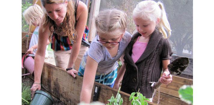 <p>A partir de setembro deste ano, a escola <strong><a title=Muse School CA href=https://www.museschool.org/Page target=_blank>Muse School CA</a></strong>, da Califórnia, Estados Unidos, <strong><a title=Tomar café da manhã pode melhorar desempenho do aluno href=https://noticias.universia.com.br/destaque/noticia/2015/11/18/1133824/tomar-cafe-manha-pode-melhorar-desempenho-aluno.html>será a primeira do país a oferecer somente refeições veganas aos seus alunos</a></strong>. Dona dos campi mais verdes dos EUA, a instituição é guiada por missões como: sempre valorizar a paixão de seus estudantes e inspirar os jovens a serem administradores responsáveis do meio ambiente.</p><p></p><p><span style=color: #333333;><strong>Você pode ler também:</strong></span><br/><br/><a style=color: #ff0000; text-decoration: none; text-weight: bold; title=href=https://noticias.universia.com.br/educacao/noticia/2016/03/07/1137111/escola-perigosa-mundo-vizinha-militantes-estado-islamico.html>» <strong>Escola mais perigosa do mundo é vizinha de militantes do Estado Islâmico</strong></a><br/><a style=color: #ff0000; text-decoration: none; text-weight: bold; title=As 6 escolas mais bizarras do mundo href=https://noticias.universia.com.br/cultura/noticia/2015/12/08/1134522/6-escolas-bizarras-mundo.html>» <strong>As 6 escolas mais bizarras do mundo</strong></a><br/><a style=color: #ff0000; text-decoration: none; text-weight: bold; title=Todas as notícias de Educação href=https://noticias.universia.com.br/educacao>» <strong>Todas as notícias de Educação</strong></a></p><p></p><p>As irmãs Rebeca e Suzy Amis,<strong> fundadoras da Muse School</strong>, acreditam que a decisão em tornar todas as refeições da escola veganas, ou seja, sem nenhum tipo de carne ou derivados de animais, como ovo e leite, foi bastante óbvia, já que os valores da instituição pregam a sustentabilidade e o <strong>cuidado com o meio ambiente</strong>.</p><p></p><p>Em entrevista ao portal de notícias The Huffington Post, a por