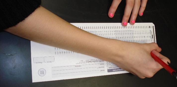 <p style=text-align: justify;>Los <strong>exámenes tipo test</strong> son muy comunes en la universidad, y <strong>es frecuente que frente a tantas respuestas ambiguas dudemos acerca de cuál es la correcta</strong>. Si bien lo que más te garantizará el éxito es haber estudiado, la práctica en este tipo de evaluaciones también es importante para que les tomes el ritmo. Además, <strong>teniendo en cuenta algunas sugerencias estarás más entrenado para enfrentarte a un examen de mú</strong><strong>ltiple opción</strong>.</p><p></p><p><span style=color: #ff0000;><strong>Lee también</strong></span><br/><a style=color: #666565; text-decoration: none; title=Estudiar de memoria vs estudiar razonando href=https://noticias.universia.com.ec/en-portada/noticia/2013/02/07/1004046/estudiar-memoria-vs-estudiar-razonando.html>» <strong> Estudiar de memoria vs estudiar razonando</strong></a><br/><a style=color: #666565; text-decoration: none; title=5 alimentos para estudiar mejor href=https://noticias.universia.com.ec/en-portada/noticia/2014/02/10/1080995/5-alimentos-estudiar-mejor.html>» <strong>5 alimentos para estudiar mejor</strong></a></p><p style=text-align: justify;></p><p style=text-align: justify;>La forma de estudiar para estos exámenes <strong>varía en cuanto a los tradicionales donde se deben desarrollar conceptos</strong>. En los exámenes tipo test, también conocidos como múltiple opción, no es tan importante que te sepas de memoria textos enteros, aunque sí<strong>es fundamental que tengas bien claro datos concretos, como fechas o fórmulas y demás cuestiones específicas</strong>. Aquí no cuenta tu capacidad de desarrollo sobre un tema, ya que solo podrás marcar verdadero-falso o elegir la respuesta correcta sin posibilidad de explayarte.</p><p style=text-align: justify;></p><h4>Técnicas que debes tener en cuenta durante el examen</h4><p style=text-align: justify;></p><p style=text-align: justify;><strong>1 – Leer bien las instrucciones</strong></p><p style=text-align: j
