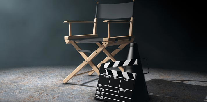 """Si el cine es una de tus grandes pasiones, ya sea por pasatiempo o porque eres <strong>estudiante de audiovisual</strong>, existen magníficos <strong>directores contemporáneos que no puedes desconocer</strong>. Algunos nombres de esta lista pueden serte muy conocidos y otros no tanto, a la vez que algunos de los títulos han sido mega-éxitos comerciales, mientras que otros tal vez los leas por primera vez.<br/><br/><br/>La lista que presentamos a continuación la elaboramos en base a un consenso de opiniones de especialistas. Afirmar que estos son """"<strong>los 5 mejores directores de cine de la actualidad</strong>"""" no sería del todo cierto, ya que eso es en parte subjetivo. De todas formas, sí es cierto que los reseñados aquí son nombre de <strong>5 directores que no te puedes perder</strong>. Descúbrelos. <br/><h2><br/><br/>5 de los mejores directores de cine de la actualidad</h2><br/><strong>1 – Steven Spielberg</strong><br/><br/>Nacido en 1946 en Cincinnati (Ohio, Estados Unidos), a los <strong>70 años Steven Spielberg</strong> es uno de los directores más reconocidos y populares de la industria cinematográfica mundial, con obras que quedarán para siempre en el recuerdo de los espectadores y que lo consagraron como <strong>uno de los referentes del cine de ciencia ficción y de las producciones para niños</strong>. <br/><br/>Spielberg fue candidato a los <strong>Premios Óscar</strong> en siete ocasiones en la categoría de mejor director, <strong>logrando el premio dos veces con las películas </strong>""""<strong>La lista de Schindler</strong>"""" de 1993 y """"<strong>Saving Private Ryan</strong>"""" de 1998, mientras """"Jaws"""", """"E.T.: el extraterrestre"""" y """"Jurassic Park"""" lograron <strong>récord de taquillas</strong> y se convirtieron en las películas de mayor recaudación en su momento. <br/><br/>Hoy en día suma <strong>más de cuarenta producciones como productor y director</strong> con numerosos premios en su haber; y en el mundo del espectáculo se le conoce como """"El Rey Midas de"""