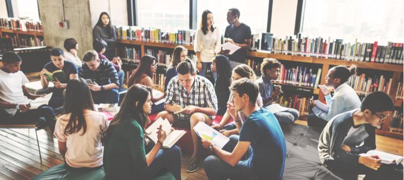 <p>É comum ouvir alguém dizer que a faculdade é a melhor época da vida. Além de conhecimento e novas amizades, o período universitário marca também a fase em que os estudantes estão focados na carreira.</p><p>Por isso, a universidade deve ser levada a sério para que você atinja um futuro profissional de sucesso.</p><p>Portanto, aproveite o começo desse novo ciclo com boas sugestões sobre como se dar bem nessa etapa de transição. Nós separamos algumas <strong>dicas importantes para os primeiros dias de aula na faculdade</strong>. Confira!</p><p></p><p><strong>Não sofra por antecipação</strong></p><p>É difícil driblar o friozinho na barriga causado pelo primeiro dia de aula na faculdade. A ansiedade é normal diante de expectativas negativas – com professores carrascos ou veteranos mal encarados, entre outros medos que povoam nossa mente.</p><p>Pense que você e seus colegas de sala estão na mesma situação e haverá com quem dividir as novas experiências. Por isso, não sofra por antecipação. Procure ficar calmo e deixe as coisas fluírem naturalmente.</p><p></p><p><strong>Denuncie trotes violentos</strong></p><p>O primeiro dia de aula muitas vezes é marcado pelo tradicional trote universitário. A brincadeira pode ser bem divertida e ajuda a quebrar o gelo entre você e os veteranos. Grandes amizades nascem desse ritual.</p><p>Entretanto, fique atento se não está ocorrendo trote violento ou abusivo, que lhe cause constrangimento ou riscos à sua saúde. Se você se sentir lesado por agressões físicas ou verbais, denuncie o fato à polícia e para a administração da sua instituição de ensino. Esse tipo de conduta é considerado ilegal em grande parte das universidades e deve ser barrado.</p><p></p><p><strong>Converse com seus veteranos</strong></p><p>Os veteranos já passaram pela fase inicial da faculdade e podem ser bastante úteis para sanar todas as suas dúvidas, sejam elas sobre o curso ou referentes à dinâmica e regras estabelecidas pela instituição.</p><p>Por isso, não perca 