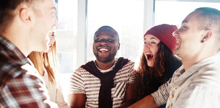 Veja 4 jeitos de fazer amigos num novo emprego