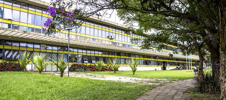 De 18 a 20 de agosto, o Parque de Ciência e Tecnologia da Universidade de São Paula (USP), o CienTec, receberá a <strong>10ª edição da Feira USP e as Profissões da capital</strong>. O evento é voltado a <strong>estudantes do ensino médio e de cursos preparatórios para o vestibular</strong>. A participação é gratuita e os interessados devem fazer sua inscrição prévia no <strong><a href=https://prceu.usp.br/uspprofissoes/ title=Feira de Profissões da USP target=_blank>site oficial da feira</a></strong>.<br/><br/><blockquote style=text-align: center;><strong>Guia de Profissões</strong>: confira cursos universitários <span style=text-decoration: underline;><a href=https://www.universia.com.br/estudos class=enlaces_med_leads_formacion title=Guia de Profissões: confira cursos universitários no Brasil target=_blank id=ESTUDIOS>aqui<br/></a></span></blockquote><p><span style=color: #333333;><strong>Você pode ler também:</strong></span><br/><a href=https://noticias.universia.com.br/educacao/noticia/2016/08/02/1142371/fuvest-2017-manual-candidato-disponivel.html title=Fuvest 2017: manual do candidato já está disponível>» <strong>Fuvest 2017: manual do candidato já está disponível</strong></a><br/><a href=https://noticias.universia.com.br/educacao/noticia/2016/07/28/1142230/unicamp-adia-inicio-inscrices-vestibular-2017.html title=Unicamp adia início das inscrições para o vestibular 2017>» <strong>Unicamp adia início das inscrições para o vestibular 2017</strong></a><br/><a href=https://noticias.universia.com.br/educacao title=Todas as notícias de Educação>» <strong>Todas as notícias de Educação<br/><br/></strong></a></p><p>Os participantes terão acesso a estandes com <strong>alunos e professores da USP</strong>, que atuam como monitores, tirando dúvidas dos pré-vestibulandos sobre os cursos oferecidos na instituição, a grade de disciplinas, carreiras e profissões, formação acadêmica, especializações e muitos outros.<br/><br/></p><p>Durante o evento, os jovens também poderão <s