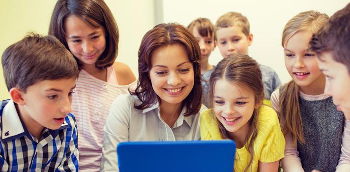 <p>O <strong><a title=5 cursos online e gratuitos para aprender uma língua estrangeira href=https://noticias.universia.com.br/destaque/noticia/2015/09/08/1130928/5-cursos-online-gratuitos-aprender-lingua-estrangeira.html>ensino da língua estrangeira</a></strong>é algo muito importante, uma vez que, ao adquirirem esse conhecimento, os alunos passam a ter maiores oportunidades tanto no mercado de trabalho quanto no ambiente acadêmico. Isso porque o conhecimento de idiomas vem sendo cada vez mais valorizado no mundo globalizado.</p><p></p><p><span style=color: #333333;><strong>Veja também:</strong></span><br/><a style=color: #ff0000; text-decoration: none; text-weight: bold; title=Professor: motivos para usar o videogame nas salas de aula href=https://noticias.universia.com.br/destaque/noticia/2015/10/19/1132470/professor-motivos-usar-videogame-salas-aula.html>» <strong> Professor: motivos para usar o videogame nas salas de aula</strong></a><br/><a style=color: #ff0000; text-decoration: none; text-weight: bold; title=Curso online ensina professores a gravar suas próprias videoaulas href=https://noticias.universia.com.br/destaque/noticia/2015/10/15/1132417/curso-online-ensina-professores-gravar-proprias-videoaulas.html>»<strong> Curso online ensina professores a gravar suas próprias videoaulas</strong></a><br/><a style=color: #ff0000; text-decoration: none; text-weight: bold; title=Todas as notícias de Educação href=https://noticias.universia.com.br/educacao>» <strong>Todas as notícias de Educação</strong></a></p><blockquote style=text-align: center;><strong>Indicamos</strong>: curso online de chinês com certificação <span style=text-decoration: underline;><a id=SHOPPING class=enlaces_med_ecommerce title=Indicamos: curso online de chinês com certificação href=https://shopping.universia.com.br/categoria-produto/chin-s/ target=_blank>aqui</a></span></blockquote><p></p><p><br/>Para garantir que os alunos compreendam um novo dialeto, entendendo como funcionam aspectos impor
