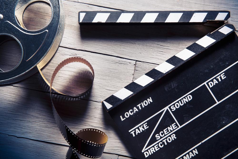 <p>Não é só de livros e apostilas que vivem seus estudos. Contar com a ajuda de outros recursos é uma tática valiosa, pois a absorção de temas e conteúdos fora dos meios tradicionais é complementar e pode ser aliada ao entretenimento.</p><p>O cinema é uma das vias mais recomendadas. Não faltam filmes que abordam situações reais, históricas e contemporâneas, que dão uma força bem grande na contextualização do que você aprende em sala de aula.</p><p>Um bom filme pode te dar informações para responder aquela questão complicada ou argumentos para escrever uma redação melhor fundamentada.</p><p>Confira a nossa lista e boa sessão para você!</p><p></p><h2><strong>1. <em>A Lista de Schindler </em>(1993)</strong></h2><p>Um dos filmes históricos mais celebrados de todos os tempos, o longa dirigido por Steven Spielberg retrata em mais de três horas um dos períodos mais delicados dos últimos séculos: a Segunda Guerra Mundial. Mais especificamente, o enredo trata da perseguição dos judeus pela Alemanha nazista.</p><p>A trama e o personagem interpretado por Liam Neeson são baseados em relatos reais e o assunto, apesar de difícil, é abordado com sensibilidade.</p><p></p><h2><strong>2. <em>Uma Verdade Inconveniente</em> (2006)</strong></h2><p>O documentário produzido e estrelado pelo político norte-americano Al Gore lida com a discussão e as evidências sobre o aquecimento global. Em uma época na qual muitos são céticos e escolhem ignorar as questões ambientais, o tema continua bastante atual.</p><p></p><h2><strong>3. <em>Olga </em>(2004)</strong></h2> A história da militante brasileira Olga Benário Prestes cruza diversos cenários históricos: casada com Luis Carlos Prestes e envolvida em uma rebelião durante o governo Vargas, Olga foi deportada para a Alemanha nazista e presa em um campo de concentração. <p></p><h2><strong>4. <em>Cidade de Deus</em> (2002)</strong></h2><p>O filme de Fernando Meirelles é impactante e narra o crescimento do crime e da violência em favelas do Rio de Ja