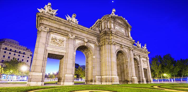<p>A <strong>Fundação Carolina</strong>, instituição que promove a integração cultural, educativa e científica entre a Espanha e outros países, está oferecendo <strong>607 bolsas de estudo para alunos da comunidade ibero-americana,</strong> que conta com o Brasil entre seus membros. As vagas são para o ano letivo 2016-2017.</p><p></p><p><span style=color: #333333;><strong>Você pode ler também:</strong></span><br/><br/><a title=Universidade de Edimburgo dá bolsa integral para vencedor de competição cultural href=https://noticias.universia.com.br/estudar-exterior/noticia/2016/01/29/1135925/universidade-edimburgo-da-bolsa-integral-vencedor-competicao-cultural.html#>» <strong>Universidade de Edimburgo dá bolsa integral para vencedor de competição cultural</strong></a><br/><a title=Britsh Council dá bolsas para estudar teatro na Escócia href=https://noticias.universia.com.br/estudar-exterior/noticia/2016/01/29/1135918/britsh-council-da-bolsas-estudar-teatro-escocia.html>» <strong>Britsh Council dá bolsas para estudar teatro na Escócia</strong></a><br/><a title=Todas as notícias sobre Bolsas de estudo e prêmios href=https://noticias.universia.com.br/estudar-exterior>» <strong>Todas as notícias sobre bolsas de estudo e prêmios</strong></a></p><p></p><p>As oportunidades serão divididas da seguinte forma: 349 bolsas de pós-graduação, 50 para Escola Complutense de Verão, 140 para doutorado e pós-doutorado, <strong>29 para professores brasileiros</strong>, 5 para projetos de empreendedorismo e 34 para estudos institucionais. Serão ofertadas vagas para todas as áreas do conhecimento,<strong><a title=6 motivos para realizar um intercâmbio href=https://noticias.universia.com.br/estudar-exterior/noticia/2016/02/01/1135920/6-motivos-realizar-intercambio.html>exclusivas para estudantes ibero-americanos interessados em completar sua formação acadêmica na Espanha</a></strong>.</p><p></p><p>Os prazos para a <strong>solicitação das bolsas de estudos</strong> varia conforme o tipo de cur