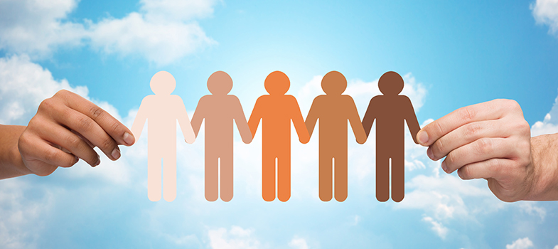 <p>Na terça-feira (1), foi lançado o primeiro edital para pesquisas sobre desigualdade racial nas áreas das ciências exatas, biológicas, da saúde e tecnológicas. A iniciativa, que é da <strong>Fundação Carlos Chagas</strong>, com apoio da <strong>Fundação Ford</strong>, irá oferecer até quatro de bolsas de pesquisa, no valor de R$ 30 mil, para acadêmicos que já detenham o título de doutorado. As pesquisas devem ser realizadas até o dia 15 de novembro deste ano.</p><p></p><p><span style=color: #333333;><strong>Você pode ler também:</strong></span><br/><br/><a title=Fundação Estudar dá bolsas de até US$ 25 mil para estudantes de destaque href=https://noticias.universia.com.br/estudar-exterior/noticia/2016/03/01/1136890/fundacao-estudar-da-bolsas-us-25-mil-estudantes-destaque.html>» <strong>Fundação Estudar dá bolsas de até US$ 25 mil para estudantes de destaque</strong></a><br/><a title=Universidade do Reino Unido dá bolsas para professores de inglês href=https://noticias.universia.com.br/estudar-exterior/noticia/2016/02/24/1136668/universidade-reino-unido-da-bolsas-professores-ingles.html>» <strong>Universidade do Reino Unido dá bolsas para professores de inglês</strong></a><br/><a title=Todas as notícias sobre Bolsas de estudo e prêmios href=https://noticias.universia.com.br/estudar-exterior>» <strong>Todas as notícias sobre bolsas de estudo e prêmios</strong></a></p><p></p><p>O objetivo da Fundação com o projeto é produzir estudos sob a presença de negros no universo acadêmico, atuando como alunos ou professores de graduação e pós-graduação nas áreas da ciência. Também deseja-se investigar formas e experiências para atrair e qualificar jovens estudantes do ensino médio para a pesquisa acadêmica.</p><p></p><p>Segundo dados do relatório Desigualdades de Cor/Raça e Sexo, produzido pela Fundação Carlos Chagas, apesar de um pouco mais da população brasileira ser composta por negros, <strong><a title=Lei de Cotas garante 150 mil vagas a estudantes negros href=https://not