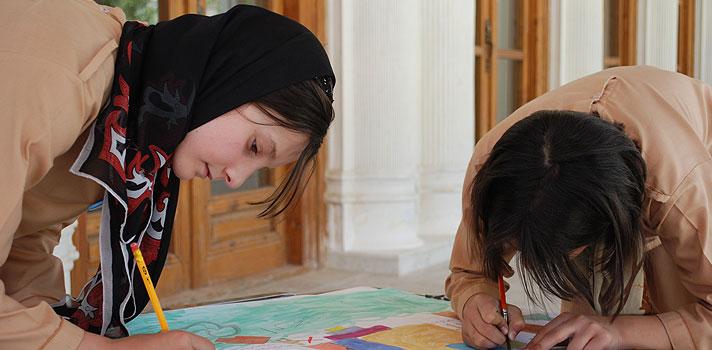 """<p><strong>O que você faria pelo direito de estudar?</strong> Com apenas 6 anos de idade, a afegã Shabana Basji-Rasikh teve uma ideia brilhante, mas muito arriscada, para driblar a lei Talibã, que impedia meninas e mulheres de frequentarem a escola: <strong>Shabana se vestiu de menino</strong>.</p><p></p><p><span style=color: #333333;><strong>Veja também:</strong></span><br/><br/><a style=color: #ff0000; text-decoration: none; text-weight: bold; title=Professora afegã ganha prêmio de educação no Catar href=https://noticias.universia.com.br/destaque/noticia/2015/11/09/1133473/professora-afega-ganha-premio-educacao-catar.html>» <strong>Professora afegã ganha prêmio de educação no Catar</strong></a><br/><a style=color: #ff0000; text-decoration: none; text-weight: bold; title=Primeira professora com Síndrome de Down recebe prêmio de educação href=https://noticias.universia.com.br/destaque/noticia/2015/10/30/1133136/primeira-professora-sindrome-down-recebe-premio-educacao.html>» <strong>Primeira professora com Síndrome de Down recebe prêmio de educação </strong></a><br/><a style=color: #ff0000; text-decoration: none; text-weight: bold; title=Todas as notícias de Educação href=https://noticias.universia.com.br/educacao>» <strong>Todas as notícias de Educação</strong></a></p><p></p><p>Durante 5 anos, a estudante se disfarçou de garoto para poder participar das aulas em uma escola secreta do Afeganistão. Hoje, 14 anos depois da aventura que mudou sua vida, a jovem trabalha em um colégio interno para garotas e tem como meta formar uma nova geração de líderes e profissionais, que poderão ajudar a criar um país mais forte, após anos intensos de guerra.</p><p></p><p>""""É extremamente importante educar as meninas no Afeganistão, pois sempre fomos marginalizadas da sociedade"""", disse Shabana, em entrevista ao Huffington Post. A ativista também contou que, apesar de milhões de garotas terem conquistado o direito de estudar após a queda do regime Talibã, <strong>muitas ainda não têm a"""