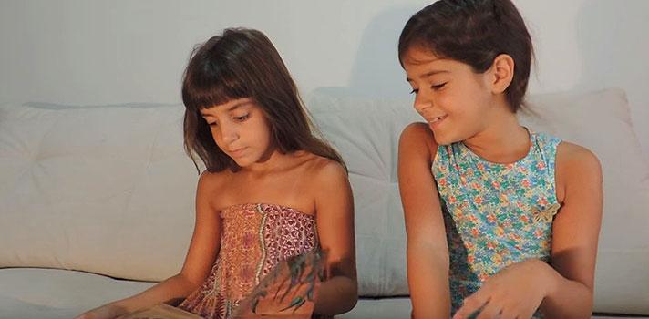 Gêmeas de 7 anos criam canal de leitura no YouTube