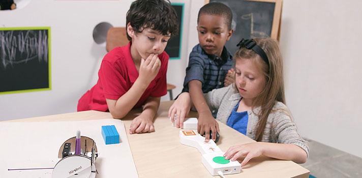 O Google saiu na frente mais uma vez e criou um método totalmente inovador para ensinar conceitos de programação a crianças. Na última semana, a empresa apresentou o <strong><a href=https://projectbloks.withgoogle.com/ title=Project Blocks target=_blank>Project Blocks</a></strong>, uma pesquisa colaborativa feita em parceria com o professor Paulo Blikstein, da escola de educação da Universidade de Stanford, e a IDEO.<br/><br/><br/><p><span style=color: #333333;><strong>Você pode ler também:</strong></span><br/><a href=https://noticias.universia.com.br/destaque/noticia/2016/03/29/1137772/4-cursos-online-gratis-google-fazer-agora.html title=4 cursos online e grátis do Google para você fazer agora>» <strong>4 cursos online e grátis do Google para você fazer agora</strong></a><br/><a href=https://noticias.universia.com.br/destaque/noticia/2016/02/26/1136753/professor-5-plataformas-google-facilitar-dia-dia.html title=Professor: 5 plataformas do Google para facilitar o dia a dia>» <strong>Professor: 5 plataformas do Google para facilitar o dia a dia</strong></a><br/><a href=https://noticias.universia.com.br/educacao title=Todas as notícias de Educação>» <strong>Todas as notícias de Educação<br/><br/><br/></strong></a></p><p>A novidade consiste em um hardware aberto para que crianças possam ter uma experiência física de programação, já que os pequenos aprendem com mais facilidade quando submetidos a situações de interação e brincadeira.<br/><br/></p><p>Para o Google, a importância do projeto está não somente em ensinar os conceitos da programação, mas também em <strong><a href=https://noticias.universia.com.br/educacao/noticia/2016/06/03/1140451/meninas-marcam-presenca-desafio-ciencia-tecnologia.html title=Meninas marcam presença em Desafio de Ciência e Tecnologia>empoderar as crianças com tecnologia</a></strong>e ensiná-las uma nova linguagem de expressão criativa. Esse conjunto de habilidades dará a elas o embasamento necessário para resolver qualquer tipo de problemas.<