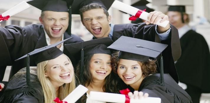 <p style=text-align: justify;>En los últimos cinco años, <strong>más de ocho mil estudiantes peruanos cursaron estudios de pregrado y posgrado en diversas universidades del mundo </strong>debido a la acción llevada a cabo por el gobierno peruano y el de los países colaboradores.</p><p style=text-align: justify;></p><p style=text-align: justify;><strong>Lee también</strong><br/><a style=color: #666565; text-decoration: none; title=Jóvenes podrán estudiar en universidades de Corea del Sur href=https://noticias.universia.edu.pe/movilidad-academica/noticia/2015/02/27/1120646/jovenes-podran-estudiar-universidades-corea-sur.html>» <strong>Jóvenes podrán estudiar en universidades de Corea del Sur</strong></a><br/><a style=color: #666565; text-decoration: none; title=Beca Perú ofrece 731 vacantes para seguir estudios superiores href=https://noticias.universia.edu.pe/movilidad-academica/noticia/2015/02/24/1120442/beca-peru-ofrece-731-vacantes-seguir-estudios-superiores.html>» <strong>Beca Perú ofrece 731 vacantes para seguir estudios superiores</strong></a></p><p style=text-align: justify;></p><p style=text-align: justify;>El catálogo de becas presentado en la cancillería afirma que el número de peruanos que alcanzaron a culminar estudios en el exterior suman unos 8.662.<br/><br/>Entre los años 2012 y 2014 unos 122 jóvenes viajaron hacia otros países con el objetivo de estudiar maestrías enmarcadas en la <strong>Beca Presidente de la República</strong>.<br/><br/>Si nos referimos a los países de destino preferidos entre los becarios, los más populares son: Alemania, Argentina, Australia, Bélgica, Brasil, Canadá, Colombia, Cuba, España, Estados Unidos, Holanda, México y Rusia.</p><blockquote style=text-align: center;><em>La inversión de los países participantes suma un total de 434 millones dólares</em></blockquote><p style=text-align: justify;><strong>Volver del exterior</strong></p><p style=text-align: justify;>Una encuesta realizada por <strong><a href=https://www.universia