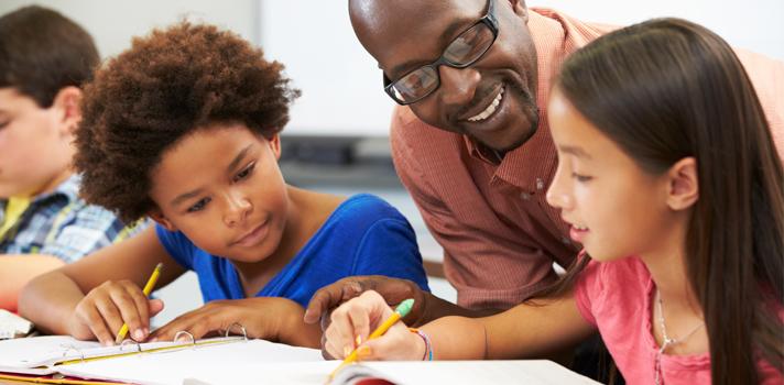 <p>O universo acadêmico faz com que os estudantes adquiram uma série de conhecimentos e habilidades que serão úteis durante toda vida. Várias delas são desenvolvidas durante a escola e aprimoradas no universo acadêmico. <strong>Confira quais são elas a seguir:</strong></p><p></p><p><span style=color: #333333;><strong>Veja também:</strong></span><br/><a style=color: #ff0000; text-decoration: none; text-weight: bold; title=5 características essenciais para atingir seus objetivos profissionais href=https://noticias.universia.com.br/carreira/noticia/2015/09/21/1131374/5-caracteristicas-essenciais-atingir-objetiv os-profissionais.html>» <strong>5 características essenciais para atingir seus objetivos profissionais</strong></a><br/><a style=color: #ff0000; text-decoration: none; text-weight: bold; title=Vida profissional: 10 vídeos sobre liderança href=https://noticias.universia.com.br/carreira/noticia/2015/09/18/1131393/vida-profissional-10-videos-sobre-lideranca .html>» <strong>Vida profissional: 10 vídeos sobre liderança</strong></a><br/><a style=color: #ff0000; text-decoration: none; text-weight: bold; title=Todas as notícias de Carreira href=https://noticias.universia.com.br/carreira>» <strong>Todas as notícias de Carreira</strong></a></p><p></p><p><strong> 1 -<a title=Sites para estimular o pensamento crítico nos seus alunos href=https://noticias.universia.com.br/destaque/noticia/2015/06/18/1126967/sites-estimular-pensamento-critico-alunos.html>Pensamento crítico</a></strong></p><p>Essa habilidade é desenvolvida durante a escola porque é o primeiro momento da vida em que os estudantes são expostos a problemas que precisam resolver. Assim, quanto mais desenvolvido o senso crítico, maior as chances de o estudante conseguir lidar bem com as situações complicadas que precisar enfrentar na vida profissional e pessoal.</p><p></p><p><strong> 2 - Agilidade e capacidade de adaptação</strong></p><p>Independentemente do local em que a pessoa trabalhe, é importante saber se ada