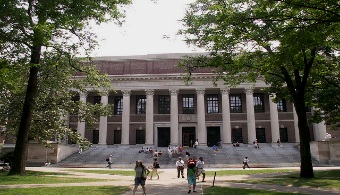 <p style=text-align: justify;>La competencia a la hora de conseguir un cupo en las mejores universidades está a la orden del día en todos los centros educativos de primer nivel de <strong>Estados Unidos, que cuenta con 46 de las 100 mejores universidades del mundo</strong>. Para la promoción de 2019, la <strong><span style=text-decoration: underline;><span style=color: #0000ff;><a title=Universidad de Princeton href=https://estudios-internacionales.universia.net/eeuu/universidades/PRINCETON/index.html target=_blank><span style=color: #0000ff; text-decoration: underline;>Universidad de Princeton</span></a></span></span></strong><strong>recibió</strong><strong>casi 27 mil solicitudes</strong>, lo que significó un incremento del 1% sobre las solicitudes recibidas en 2014 y <strong>el mayor grupo de solicitudes recibidas en la historia de la Universidad</strong>.</p><p style=text-align: justify;></p><p></p><p><strong>Lee también</strong></p><p><span style=color: #ff0000;><a style=color: #ff0000; text-decoration: none; title=Conoce los mejores destinos para estudiar inglés href=https://noticias.universia.com.pa/en-portada/noticia/2013/04/08/1015479/conoce-mejores-destinos-estudiar-ingles.html><span style=color: #ff0000;>» <strong>Conoce los mejores destinos para estudiar inglés</strong></span></a></span></p><p></p><p></p><p style=text-align: justify;>Jon Reider, consejero en <strong><span style=text-decoration: underline;><span style=color: #0000ff;><a title=San Francisco University High School href=https://www.sfuhs.org/ target=_blank><span style=color: #0000ff; text-decoration: underline;>San Francisco University High School</span></a></span></span></strong>y exoficial de admisiones de la <strong><span style=text-decoration: underline;><span style=color: #0000ff;><a title=Universidad de Stanford href=https://www.stanford.edu/ target=_blank><span style=color: #0000ff; text-decoration: underline;>Universidad de Stanford</span></a></span></span></strong>, explica que el e