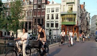 <p style=text-align: justify;>Mira en esta nota los mitos y realidades que tienen los estudiantes sobre estudiar en Holanda:</p><p style=text-align: justify;></p><p style=text-align: justify;></p><p><strong>Lee también</strong><br/><a style=color: #ff0000; text-decoration: none; title=Holanda: pequeño país, ¡grandes oportunidades! href=https://noticias.universia.net.co/movilidad-academica/noticia/2014/11/17/1115210/holanda-pequeno-pais-grandes-oportunidades.html>» <strong> Holanda: pequeño país, ¡grandes oportunidades! </strong></a><br/><a style=color: #ff0000; text-decoration: none; title=Infografia: 30 consideraciones sobre Holanda a tener en cuenta al instalarte a trabajar o estudiar allí U href=https://noticias.universia.net.co/en-portada/noticia/2014/05/21/1097082/infografia-30-consideraciones-holanda-tener-cuenta-instalarte-trabajar-estudiar-alli.html>» <strong>Infografia: 30 consideraciones sobre Holanda a tener en cuenta al instalarte a trabajar o estudiar allí </strong></a></p><p style=text-align: justify;></p><p style=text-align: justify;></p><p style=text-align: justify;><strong>Mito 1:</strong> En Holanda tal vez puedas estudiar un programa impartido en inglés, pero <strong>en la vida cotidiana es indispensable saber holandés</strong>.</p><p style=text-align: justify;></p><p style=text-align: justify;><strong>Realidad</strong></p><p style=text-align: justify;></p><p style=text-align: justify;>Solamente <strong>25 millones de personas hablan neerlandés en todo el mundo: unos 16 millones en Holanda, 6 millones en Bélgica y 3 millones más en el resto del mundo.</strong> Imagínate: es como si la mitad de los habitantes de Colombia hablarán holandés, y todos los demás habitantes del mundo hablan otro idioma... Por eso es absolutamente necesario para un holandés aprender otra lengua. Las clases de inglés ya se empiezan a impartir en la primaria y luego en la secundaria generalmente se toman clases de inglés, francés, alemán y a veces, hasta español.</p><p styl