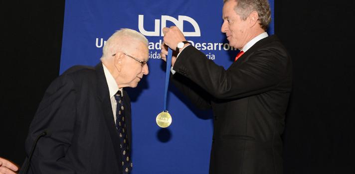 Universidad del Desarrollo distinguió con el grado Doctor Honoris Causa a Arnold C. Harberger