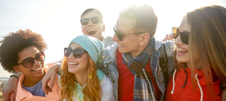 Para trazer o público jovem para o <a href=https://www.hsm.com.br/events/nova-hsm-expo-2016/ title=HSM Expo 2016 target=_blank>HSM Expo 2016</a>, <strong>maior evento de gestão da América Latina, voltado para o desenvolvimento de líderes e organizações</strong>, a plataforma de educação executiva lançou o projeto Jovens Transformadores HSM. Por meio de dois desafios, a iniciativa selecionará um grupo de participantes que poderão viver de perto experiências de inovação. <p></p><p><span style=color: #333333;><strong>Leia também:</strong></span><br/><a href=https://noticias.universia.com.br/destaque/noticia/2016/10/03/1144180/5-passos-aluno-empreendedor.html title=5 passos para ser um aluno empreendedor>» <strong>5 passos para ser um aluno empreendedor</strong></a><br/><a href=https://noticias.universia.com.br/emprego/noticia/2016/10/03/1144174/jovens-estudantes-devem-mentalidade-empreendedora.html title=Por que jovens estudantes devem ter uma mentalidade empreendedora>» <strong>Por que jovens estudantes devem ter uma mentalidade empreendedora</strong></a></p><p>O desafio<strong> Business Lab Experience</strong> selecionará 16 jovens divididos em 4 times, que terão 5 dias de vivência prática num <strong>processo de inovação e reinvenção da HSM Experience</strong>, plataforma digital de conteúdo sobre gestão que promove a capacitação e atualização de milhares executivos do País.</p><p>Os selecionados passarão dois dias na sede da HSM e outros três no <strong>HSM Expo 2016</strong>, podendo desfrutar de todas as ferramentas de apoio para apresentar propostas inovadoras para o futuro da plataforma. A equipe que apresentar o melhor projeto ganhará um passe de 3 dias para a <strong>HSM Expo 2017</strong>, além de poder fazer parte de um ambiente rico para o networking e ter a oportunidade de falar para <strong>mais de 6 mil executivos das principais companhias e startups brasileiros</strong> presentes na ocasião.</p><p>Os candidatos às 16 vagas disponibilizadas serão submet