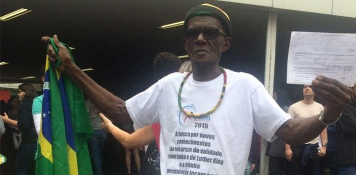 """<p>Aos 72 anos, <strong>Dorival Pereira dos Santos</strong> sonha cursar Turismo. Vestido com uma camiseta que estampava a mensagem """"<em>a busca por novos conhecimentos não tem prazo de validade. O meu sonho é de Luther King </em>(ativista político americano da luta dos direitos civis assassinado em 1968)<em> e a minha persistência incansável é de Abraham Lincoln </em>(ex-presidente dos Estados Unidos)"""", ele realiza neste sábado (24) as <a title=Tudo sobre as provas do Enem 2015 href=https://noticias.universia.com.br/tag/notícias-enem-2015/>provas do Enem 2015</a>na <a title=Universidade Presbiteriana Mackenzie href=https://www.universia.com.br/universidades/universidade-presbiteriana-mackenzie/in/29701?_ga=1.68248593.1665895809.1445690033 target=_blank>Universidade Presbiteriana Mackenzie</a>, em São Paulo.<br/><br/></p><p><span style=color: #333333;><strong>Leia também:</strong></span><br/><a style=color: #ff0000; text-decoration: none; text-weight: bold; title=Tudo sobre o primeiro dia de provas do Enem 2015 href=https://noticias.universia.com.br/tag/enem-2015-primeiro-dia/>» <strong>Tudo sobre o primeiro dia de provas do Enem 2015</strong></a><br/><a style=color: #ff0000; text-decoration: none; text-weight: bold; title=Física e química são as provas mais temidas no primeiro dia do Enem 2015 href=https://noticias.universia.com.br/destaque/noticia/2015/10/24/1132816/fisica-quimica-provas-temidas-primeiro-dia-enem-2015.html>» <strong>Física e química são as provas mais temidas no primeiro dia do Enem 2015</strong></a></p><p></p><blockquote style=text-align: center;>Cadastre-se <span style=text-decoration: underline;><a id=REGISTRO USUARIOS class=enlaces_med_registro_universia title=Cadastre-se aqui para receber novidades sobre o Enem href=https://usuarios.universia.net/registerUserComplete.action?idC=2&idS=NOTICIAS_BR target=_blank>aqui</a></span> para receber novidades sobre o <strong>ENEM</strong></blockquote><p>""""<strong>A busca por novos conhecimentos não tem va"""