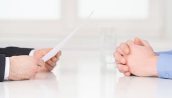 <p style=text-align: justify;>Quizás sea raro que te digamos esto, ¿no?, sabemos que las preguntas son una necesidad, y más a la hora de una <strong>entrevista de trabajo</strong>.El truco está en <strong>saber qué preguntar y qué no</strong>. No es un tema de cantidad si no de calidad, si hacés preguntas débiles, vas a obtener respuestas débiles.Tomate un tiempo para planificarlas cuidadosamente; a medida que surjan preguntas específicas durante la entrevista en sí, hacelas, pero evitá aquellas que no te proporcionen una visión interna de la organización, y que, con toda seguridad, no te darán respuestas sustanciales.</p><p style=text-align: justify;></p><p><strong>Lee también</strong><br/><a style=color: #ff0000; text-decoration: none; title=¿Cómo hablar de tus debilidades en una entrevista de trabajo? href=https://noticias.universia.com.ar/empleo/noticia/2014/09/12/1111374/como-hablar-debilidades-entrevista-trabajo.html>» <strong>¿Cómo hablar de tus debilidades en una entrevista de trabajo?</strong></a><br/><a style=color: #ff0000; text-decoration: none; title=¿Cuántos mitos sobre las entrevistas de trabajo son verdad? href=https://noticias.universia.com.ar/empleo/noticia/2014/11/03/1114311/cuantos-mitos-entrevistas-trabajo-verdad.html>» <strong>¿Cuántos mitos sobre las entrevistas de trabajo son verdad?</strong></a><br/><a style=color: #ff0000; text-decoration: none; title=¿Cómo reaccionar cuándo te rechazan en una entrevista de trabajo? href=https://noticias.universia.com.ar/empleo/noticia/2015/02/23/1120328/como-reaccionar-cuando-rechazan-entrevista-trabajo.html>» <strong>¿Cómo reaccionar cuándo te rechazan en una entrevista de trabajo?</strong></a><strong></strong></p><p></p><p></p><h4 style=text-align: justify;>1- Pregunta #1: ¿Para cuándo se ocuparía el puesto?</h4><p style=text-align: justify;><br/>Sabemos que es muy tentador saber esto. Pero tené en cuenta que los recultadores escuchan esta pregunta a diario, por lo que corrés el riesgo de que te responda