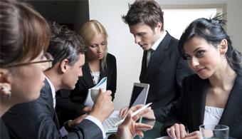 <p style=text-align: justify;>Las modalidades de trabajo cambian rápidamente y por ende, las empresas deben ir adaptándose a las necesidades de sus empleados. A continuación, te contamos más sobre las<strong> nuevas tendencias en las oficinas</strong>.</p><p style=text-align: justify;></p><p style=text-align: justify;><strong>Lee también</strong><br/><a style=color: #ff0000; text-decoration: none; title=Oficinas compartidas: una tendencia que toma fuerza en Buenos Aires href=https://noticias.universia.com.ar/en-portada/noticia/2014/03/18/1088568/oficinas-compartidas-tendencia-toma-fuerza-buenos-aires.html>» <strong>Oficinas compartidas: una tendencia que toma fuerza en Buenos Aires</strong></a><br/><a style=color: #ff0000; text-decoration: none; title=6 reglas de convivencia básicas para la oficina href=https://noticias.universia.com.ar/empleo/noticia/2012/10/18/975603/6-reglas-convivencia-basicas-oficina.html>» <strong>6 reglas de convivencia básicas para la oficina</strong></a><br/><a style=color: #ff0000; text-decoration: none; title=Trabajar en una oficina sin ventanas es malo para la salud href=https://noticias.universia.com.ar/empleo/noticia/2013/09/16/1049551/trabajar-oficina-ventanas-es-malo-salud.html>» <strong>Trabajar en una oficina sin ventanas es malo para la salud</strong></a></p><h3 style=text-align: justify;></h3><p></p><p></p><h3 style=text-align: justify;>¿Qué características deben tener las oficinas en la actualidad?</h3><h4 style=text-align: justify;>- Buena luz</h4><p style=text-align: justify;>Es un hecho que los lugares de trabajo que tienen<strong> luz natural y una buena acústica</strong> motivan a los empleados y por ende, los llevan a ser más productivos y a hacer mejor su trabajo.</p><h4 style=text-align: justify;></h4><h4 style=text-align: justify;>- Un lugar para cada momento</h4><p style=text-align: justify;>Trabajar 8 horas implica tener que realizar distintas tareas a lo largo de la jornada laboral. Por eso, es importante que <strong