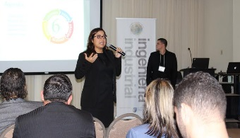 Estudiante de ingenieria industrial Andrea Carretero durante su presentación.