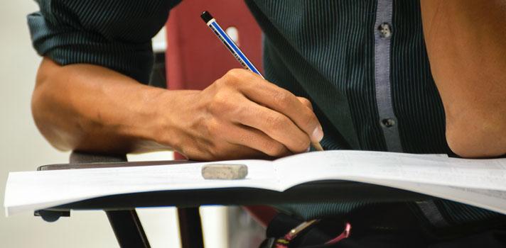 A <strong>Universidade Estadual Paulista (Unesp)</strong> começa a receber inscrições para o vestibular 2017 a partir desta segunda-feira, dia 12 de setembro. Ao todo, <strong>serão ofertadas 7.365 vagas em 173 opções de cursos</strong>, nos campi das 23 cidades em que a Unesp está presente. O prazo para se candidatar se encerra do dia 10 de outubro. As inscrições devem ser feitas on-line, <a href=https://www.vunesp.com.br/vnsp1611/ title=Inscrições vestibular unesp target=_blank>pelo site oficial da Fundação Vunesp</a>.<br/><br/><p><span style=color: #333333;><strong>Você pode ler também:</strong></span><br/><a href=https://noticias.universia.com.br/educacao/noticia/2016/09/06/1143379/usp-conquista-melhor-colocacao-ranking-internacional-universidades.html title=USP conquista sua melhor colocação em ranking internacional de universidades>» <strong>USP conquista sua melhor colocação em ranking internacional de universidades</strong></a><br/><a href=https://noticias.universia.com.br/educacao/noticia/2016/09/05/1143334/vagas-cotistas-superam-ampla-concorrencia-universidades-federais.html title=Vagas para cotistas superam a ampla concorrência nas universidades federais>» <strong>Vagas para cotistas superam a ampla concorrência nas universidades federais</strong></a><br/><a href=https://noticias.universia.com.br/educacao title=Todas as notícias de Educação>» <strong>Todas as notícias de Educação<br/><br/></strong></a></p><p><strong>Taxa de inscrição</strong></p><p><strong>A taxa para participar do vestibular da Unesp é de R$ 170</strong>. No entanto, os 400 mil alunos concluintes do ensino médio da rede pública estadual de São Paulo, bem como os alunos do Centro Paula Souza, <strong>poderão solicitar um desconto de até 75% na taxa</strong>, por meio do Programa para a Inclusão dos Melhores Alunos da Escola Pública na Universidade.<br/><br/></p><p>Com a redução, o valor cai para R$ 42,50. Para solicitar o benefício, os estudantes devem procurar a secretaria de sua escola 