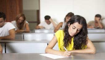 <p style=text-align: justify;>¿Ya pensaste cómo vas a <strong>resideñar tu aula</strong>? Los cambios suelen ser fructíferos y traer consecuencias positivas, por eso, es momento de que empieces a pensar en cómo te gustaría que quedara tu aula. A continuación te damos algunos consejos.</p><p style=text-align: justify;></p><p style=text-align: justify;></p><p><strong>Lee también</strong><br/><a style=color: #ff0000; text-decoration: none; title=¿Cómo fomentar la creatividad en el aula? href=https://noticias.universia.com.ar/en-portada/noticia/2014/03/17/1088020/fomentar-creatividad-aula.html>» <strong>¿Cómo fomentar la creatividad en el aula?</strong></a><br/><a style=color: #ff0000; text-decoration: none; title=¿Cómo aprovechar la tecnología en las aulas argentinas? href=https://noticias.universia.com.ar/vida-universitaria/noticia/2014/04/08/1094144/aprovechar-tecnologia-aulas-argentinas.html>» <strong>¿Cómo aprovechar la tecnología en las aulas argentinas?</strong></a></p><p style=text-align: justify;></p><p style=text-align: justify;></p><p style=text-align: justify;></p><p style=text-align: justify;></p><h4>1. Motivá a los alumnos a participar</h4><p style=text-align: justify;>Así como luego serán principales usuarios del aula, <strong>los alumnos deberían participar del proceso de remodelación </strong>de este lugar. Probá invitarlos a una jornada universitaria para convencerlos de que su participación es fundamental. </p><h4></h4><h4>2. No te olvides del contenido visual</h4><p style=text-align: justify;>Decorá el lugar con revistas, fotos y buscá contenidos interesantes en <a title=Pinterest href=https://es.pinterest.com/ target=_blank rel=me nofollow><strong>Pinterest</strong></a>. También podés pedirle a colegas, padres y alumnos que colaboren con la causa.</p><h4></h4><h4>3. Preocupate solo por lo necesario</h4><p style=text-align: justify;>No tenés que ser un diseñador para llevar a cabo este proceso, lo único que tenés que hacer es<strong> definir qué es l