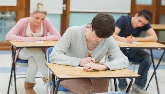 <p style=text-align: justify;>Son muchos los elementos que debemos recordar durante el día siendo estudiante.Si bien puede parecer sencillo tenerlos en mente toda la jornada, la experiencia ha demostrado que es muy común olvidar una parte de la larga lista de tareas pendientes.</p><p style=text-align: justify;></p><p><strong>Lee también</strong><br/><a style=color: #ff0000; text-decoration: none; title=¿Cómo aumentar la productividad en tu empresa sin presionar a los empleados? href=https://noticias.universia.pr/en-portada/noticia/2014/04/02/1093333/aumentar-productividad-empresa-presionar-empleados.html>» <strong>¿Cómo aumentar la productividad en tu empresa sin presionar a los empleados?</strong></a><br/><a style=color: #ff0000; text-decoration: none; title=Aumenta tu productividad escuchando música href=https://noticias.universia.pr/en-portada/noticia/2012/10/11/974104/mejorar-productividad-personal.html>» <strong>Aumenta tu productividad escuchando música</strong></a><br/><a style=color: #ff0000; text-decoration: none; title=¿Cómo mejorar tu productividad personal? href=https://noticias.universia.pr/en-portada/noticia/2012/10/11/974104/mejorar-productividad-personal.html>» <strong>¿Cómo mejorar tu productividad personal?</strong></a></p><p style=text-align: justify;></p><p style=text-align: justify;>Para que esto no te suceda, en esta nota te ofrecemos una <strong>serie de 6 consejos</strong> que te serán útiles al estudiar. <strong>¡Conócelos y aumenta tu rendimiento!</strong></p><p style=text-align: justify;></p><p style=text-align: justify;><strong>1. Dormir adecuadamente</strong></p><p style=text-align: justify;>El hecho de descansar es fundamental para rendir en la jornada del día siguiente. Si bien puede parecer obvio, es imprescindible que lo tengas presente debido que de lo contrario, todos los demás esfuerzos serán en vano.</p><p style=text-align: justify;></p><p style=text-align: justify;><strong>2. Escribir a mano</strong></p><p style=text-align: just