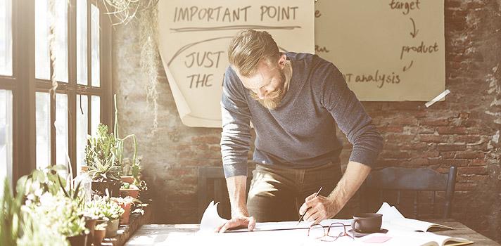 <p>No atual mercado de trabalho, com altíssima competitividade e oportunidades escassas, <strong>o estudante precisa ter uma atitude empreendedora e ser o dono do seu próprio futuro profissional</strong>. Contar somente com o auxílio das centrais de carreira da universidade para conseguir uma vaga de estágio ou emprego não é mais uma realidade. O universitário precisa arregaçar as mangas e lançar mão de novas formas de construir uma carreira.</p><p></p><p><span style=color: #333333;><strong>Leia também:</strong></span><br/><a href=https://noticias.universia.com.br/tag/not%C3%ADcias-empreendedorismos-universit%C3%A1rio/ title=Todas as notícias sobre empreendedorismo universitário>» <strong>Todas as notícias sobre empreendedorismo universitário</strong></a></p><p>Um estudo norte-americano conduzido pela InternMatch.com com 4 mil estudantes universitários apontou que 50% dos alunos não estão usando as centrais de carreira de suas universidades e 64% apostam em sites e outras fontes online para buscar oportunidades. No entanto, 94% ainda acreditam que a ajuda da universidade é essencial na busca por um estágio ou emprego.</p><p>O objetivo das centrais de carreira das instituições é preparar o aluno para o mundo do trabalho e auxiliá-lo na busca de vagas. No entanto, elas não estão acompanhando a velocidade das ferramentas online e podem acabar ficando obsoletas. Por isso, é preciso que os estudantes diminuam a dependência das centrais de carreira e comecem a criar uma mentalidade mais independente e empreendedora, seja para buscar uma carreira tradicional ou para iniciar um novo negócio.</p><p>A seguir, confira <strong>5 atitudes empreendedoras para ter um futuro profissional de sucesso</strong>:</p><p><strong>Eventos para universitários</strong></p><p>Se sua universidade estiver oferecendo um evento no campus, não deixe de participar. Geralmente são oferecidas palestras com ex-alunos e profissionais, apresentação de painéis e debates, que podem ser extremamente valioso
