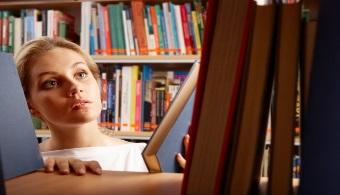 """<p style=text-align: justify;>Buscar información y leer en internet es cada día más usual. Pero las bibliotecas te ofrecen muchos beneficios que tal vez no encuentres al utilizar la tecnología. Asunción cuenta con varias bibliotecas entre ellas la """"Augusto Roa Bastos"""" que abre los sábados y domingos. Como ésta, una gran variedad de bibliotecas te esperan para que te beneficies de lo que ofrecen. Conoce esos beneficios:</p><p style=text-align: justify;></p><p><strong>Lee también</strong><br/><br/><a style=color: #ff0000; text-decoration: none; title=Descubre los 5 beneficios de la lectura href=https://noticias.universia.com.py/en-portada/noticia/2014/01/20/1076257/descubre-5-beneficios-lectura.html><span style=color: #ff0000;>» </span><strong style=color: #ff0000; text-decoration: none;>Descubre los 5 beneficios de la lectura</strong></a></p><p><a style=color: #ff0000; text-decoration: none; title=5 consejos para mejorar la comprensión lectora href=https://noticias.universia.com.py/en-portada/noticia/2014/09/25/1111864/5-consejos-mejorar-comprension-lectora.pdf>» <strong>5 consejos para mejorar la comprensión lectora</strong></a></p><p></p><p></p><h3>1- Leer hace bien a la salud</h3><p style=text-align: justify;>Según un estudio de la <strong><a title=Universidad de Búfalo href=https://www.buffalo.edu/ target=_blank>Universidad de Búfalo</a></strong>(EE UU) que publicó la revista Psychological Science, al leer un libro sentimos psicológicamente que pertenecemos a la comunidad de la cual trata el texto y nos <strong>ayuda a desarrollar nuestro sentido de pertenencia</strong>. Esto te beneficia de gran manera a nivel psicológico.</p><p style=text-align: justify;></p><h3>2- Leer desestresa</h3><p style=text-align: justify;>Si tuviste una semana complicada con muchas responsabilidades, es bueno que te desconectes leyendo algo de tu gusto y recuerdes que no solo debes leer material para la facultad. Leer una novela o un cuento corto permite que ejercites la imaginación y """