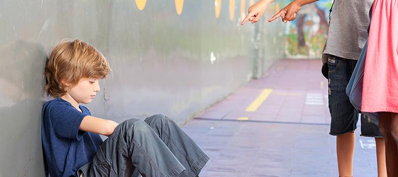 <p>A partir desta semana, passa a valer a lei que institui o <strong>Programa de Combate à Intimidação Sistemática</strong>, cujo objetivo é conscientizar e <strong><a title=Professor: aprenda a combater o bullying durante as aulas href=https://noticias.universia.com.br/destaque/noticia/2015/11/12/1133584/professor-aprenda-combater-bullying-durante-aulas.html>prevenir o bullying em escolas, clubes e outros espaços de convivência social, educativa e recreativa</a></strong>. Por meio do programa serão lançadas campanhas de orientação, e também será oferecida ajuda psicológica e jurídica às vítimas e agressores.</p><p></p><p><span style=color: #333333;><strong>Você pode ler também:</strong></span><br/><br/><a style=color: #ff0000; text-decoration: none; text-weight: bold; title=Crianças hiperativas e com déficit de atenção sofrem mais bullying, diz estudo href=https://noticias.universia.com.br/destaque/noticia/2015/11/26/1134162/criancas-hiperativas-deficit-atencao-sofrem-bullying-diz-estudo.html>» <strong>Crianças hiperativas e com déficit de atenção sofrem mais bullying, diz estudo</strong></a><br/><a style=color: #ff0000; text-decoration: none; text-weight: bold; title=Bullying homofóbico pode afetar futuro profissional dos alunos href=https://noticias.universia.com.br/destaque/noticia/2015/11/25/1134102/bullying-homofobico-pode-afetar-futuro-profissional-alunos.html>» <strong>Bullying homofóbico pode afetar futuro profissional dos alunos</strong></a><br/><a style=color: #ff0000; text-decoration: none; text-weight: bold; title=Todas as notícias de Educação href=https://noticias.universia.com.br/educacao>» <strong>Todas as notícias de Educação</strong></a></p><p></p><p>No texto, o termo bullying é definido como qualquer ato de violência psicológica ou física que seja intencional, recorrente e sem motivação aparente, praticado por um indivíduo ou grupo com o objetivo de agredir ou intimidar, causando prejuízos à vítima, em uma relação de desigualdade de poder.</p><p><