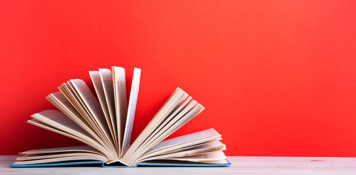 Nesta semana, foi comemorado o <strong>Dia Nacional da Leitura</strong>, instituído pela Lei nº 11.899 e que tem como objetivo estimular esse hábito no País. Além de aumentar o conhecimento e transportar os leitores para outras épocas e mundos, ler um bom livro, um artigo de revista ou até uma matéria interessante na internet pode te deixar mais inteligente. <p></p><p><span style=color: #333333;><strong>Leia também:</strong></span><br/><a href=https://noticias.universia.com.br/destaque/noticia/2016/09/22/1143865/quer-bilionario-livros-podem-ajudar-chegar-la.html title=Quer ser bilionário? Esses livros podem ajudar você a chegar lá>» <strong>Quer ser bilionário? Esses livros podem ajudar você a chegar lá</strong></a><br/><a href=https://noticias.universia.com.br/destaque/noticia/2016/09/21/1143811/5-livros-ensinam-sucesso.html title=5 livros que ensinam você a ter sucesso>» <strong>5 livros que ensinam você a ter sucesso</strong></a></p><p>Estudos da Universidade de Stanford, nos Estados Unidos, e do Instituto Nacional Francês de Pesquisa Médica, na França, comprovaram que <strong><a href=https://noticias.universia.com.br/cultura/noticia/2016/02/23/1136596/confira-beneficios-leitura-diaria.html title=Confira os benefícios da leitura diária>a leitura faz muito bem para o cérebro</a></strong>. As duas pesquisas utilizaram máquinas de ressonância magnética para <strong>analisar a atividade cerebral das pessoas enquanto liam um livro</strong>.</p><p>Em Stanford, um grupo de voluntários foi observado enquanto lia um romance de Jane Austen, importante escritora britânica, considerada a primeira romancista da língua inglesa. Os pesquisadores pediram aos leitores que primeiro realizassem uma leitura mais prazerosa da obra e depois uma mais analítica. O resultado apontou que<strong> ler é, de fato, uma academia para o cérebro</strong>, pois estimula a circulação na região, melhora na concentração e também de compreensão de texto.</p><p>Quem pratica mais a leitura, com o passa