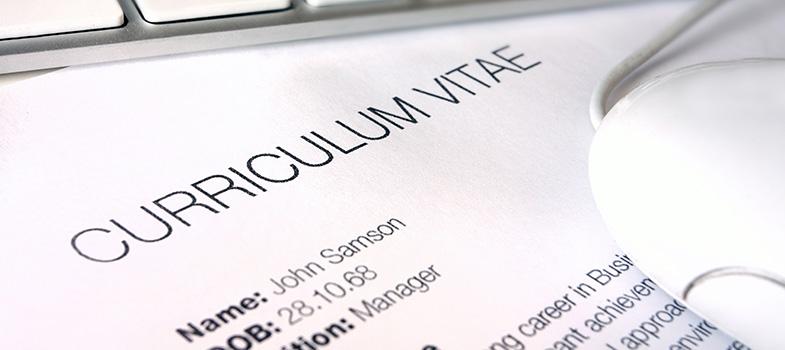 Vai se candidatar a uma vaga no exterior ou concorrer a uma bolsa de estudo internacional? Então, você deverá <strong><a href=https://noticias.universia.com.br/emprego/noticia/2016/03/16/1137442/fazer-curriculo-perfeito-primeiro-emprego.html title=Como fazer o currículo perfeito para o primeiro emprego>preparar um bom currículo profissional</a></strong>em inglês. Para ajudar na tarefa, o Centro Britânico listou o que não pode ficar de fora do documento e a melhor forma de organizar as informações.<br/><br/><br/><p><span style=color: #333333;><strong>Veja também:</strong></span><br/><a href=https://noticias.universia.com.br/tag/coluna-Lets-talk/ title=Siga a coluna Let's Talk>» <strong>Siga a coluna Let's Talk</strong></a><br/><br/><br/></p><p><strong>Como fazer um currículo em inglês<br/><br/></strong></p><p><strong>1.</strong> Geralmente, quando se envia um currículo em inglês, é muito comum a <strong>utilização de uma carta de apresentação</strong> que é enviada junto com o CV. Ela <strong>deve ter no máximo uma página</strong>, em que sejam descritas, de maneira sucinta, suas habilidades, sua motivação e quais diferenciais você oferecerá à empresa ou universidade para qual está se candidatando.<br/><br/><br/></p><p><strong>2.</strong> Procure descobrir quais são as equivalências de seus <strong>títulos acadêmicos e profissionais em Inglês</strong>. Por exemplo, nos EUA, a nossa graduação de universidade é chamada <em>Undergraduate</em>, sendo que em nível de mestrado, o título vira <em>Graduate</em>. Fazendo assim, você evita o desconforto de se apresentar de forma errada, tendo que justificar seu erro e correndo o risco, até mesmo, de <strong>comprometer sua candidatura à vaga</strong>.<br/><br/><br/></p><p><strong>3.</strong> O <em>Personal Statement</em>, embora não seja muito comum no Brasil, é uma eficiente forma de sinalizar e direcionar a área específica de interesse. Evite o uso de frases vagas e não mencione tópicos que não serão comprovados pela experiê