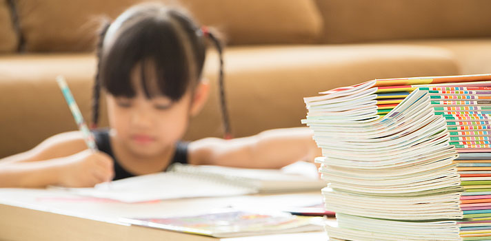 <p>Pode parecer estranho, mas a <strong>lição de casa para crianças pequenas</strong> pode traumatizá-las, ao invés de ensinar. A cada ano a pressão para aprender mais e mais rápido está chegando em séries com alunos cada vez mais jovens.</p><p></p><p><span style=color: #333333;><strong>Você pode ler também:</strong></span><br/><br/><a style=color: #ff0000; text-decoration: none; text-weight: bold; title=5 maneiras de tornar as redes sociais aliadas durante os estudos href=https://noticias.universia.com.br/destaque/noticia/2016/03/01/1136853/5-maneiras-tornar-redes-sociais-aliadas-durante-estudos.html>» <strong>5 maneiras de tornar as redes sociais aliadas durante os estudos</strong></a><br/><a style=color: #ff0000; text-decoration: none; text-weight: bold; title=Aplicativo organiza fotos tiradas da lousa e auxilia nos estudos href=https://noticias.universia.com.br/destaque/noticia/2016/02/03/1136057/aplicativo-organiza-fotos-tiradas-lousa-auxilia-estudos.html>» <strong>Aplicativo organiza fotos tiradas da lousa e auxilia nos estudos</strong></a><br/><a style=color: #ff0000; text-decoration: none; text-weight: bold; title=Todas as notícias de Educação href=https://noticias.universia.com.br/educacao>» <strong>Todas as notícias de Educação</strong></a></p><p></p><p>Durante o dia, os pequenos se dedicam, muitas vezes em período integral, <strong><a title=Professor: como criar um ambiente agradável de ensino infantil href=https://noticias.universia.com.br/destaque/noticia/2015/11/26/1134103/professor-criar-ambiente-agradavel-ensino-infantil.html>aos estudos e atividades escolares e extracurriculares</a></strong>. À noite, quando chegam em casa, precisam se concentrar em <strong>terminar as lições</strong> que deverão ser entregues no dia seguinte.</p><p></p><p>O que acontece é que, em alguns casos, a quantidade de tarefas é bastante intensa, causando um excesso de cansaço nos alunos e nos pais que, na tentativa de poupar seus filhos, podem acabar fazendo seus deveres se