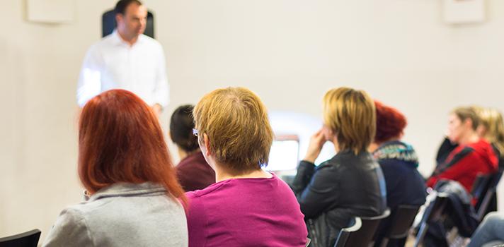 <p>Entre o âmbito empresarial e o educacional existem muitas diferenças, afinal, trata-se de duas áreas muito distintas. Entretanto, <strong>um professor e um educador podem apresentar características bastante semelhantes</strong>: ambos devem administrar o seu próprio projeto, seja uma companhia ou uma sala de aula. Assim como o empresário pode gerenciar a sua própria empresa, o professor deve saber como administrar bem o seu plano de ensino, conduzindo os alunos da melhor forma possível.</p><p></p><blockquote style=text-align: center;>Cadastre-se <span style=text-decoration: underline;><a id=REGISTRO USUARIOS class=enlaces_med_registro_universia title=Cadastre-se aqui para receber dicas de carreira href=https://usuarios.universia.net/registerUserComplete.action?idC=2&idS=NOTICIAS_BR target=_blank>aqui</a></span> para receber mais dicas de carreira</blockquote><p></p><p><span style=color: #333333;><strong>Você pode ler também:</strong></span><br/><a style=color: #ff0000; text-decoration: none; text-weight: bold; title=5 atitudes que todo professor inovador precisa desenvolver href=https://noticias.universia.com.br/destaque/noticia/2015/11/25/1134045/5-atitudes-todo-professor-inovador-precisa-desenvolver.html>»<strong>5 atitudes que todo professor inovador precisa desenvolver</strong></a><br/><a style=color: #ff0000; text-decoration: none; text-weight: bold; title=Professores: 10 livros sobre ensino que você PRECISA ler href=https://noticias.universia.com.br/destaque/noticia/2015/11/11/1133600/professores-10-livros-sobre-ensino-precisa-ler.html>»<strong>Professores: 10 livros sobre ensino que você PRECISA ler</strong></a><br/><a style=color: #ff0000; text-decoration: none; text-weight: bold; title=Todas as notícias de Educação href=https://noticias.universia.com.br/educacao>» <strong>Todas as notícias de Educação</strong></a></p><p></p><p><strong>Foi pensando nisso que reunimos a seguir 4 atitudes de um empreendedor que podem ser aplicadas durante as aulas</strong>.