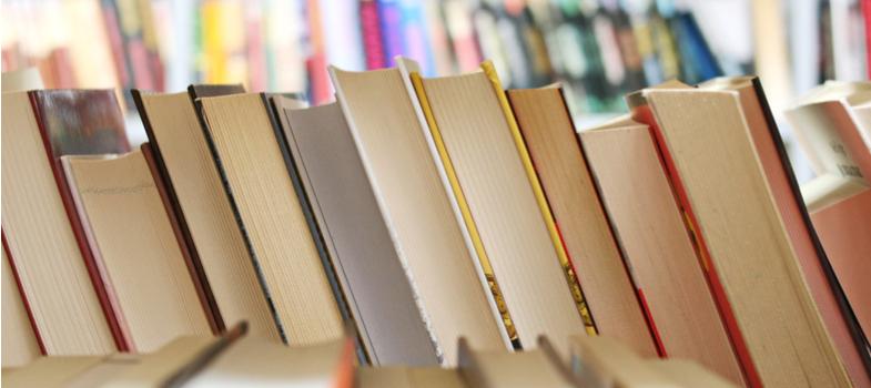 <p>O Dia Nacional do Livro Didático é celebrado todo ano em 27 de fevereiro no Brasil. A data é uma homenagem ao principal material de aprendizagem para estudantes de todas as idades.</p><p>Por se tratar de algo tão precioso, deve ser mantido com muito cuidado, já que o mesmo livro servirá de objeto de estudo para muitos alunos. Ações simples de conservação já são suficientes para que eles durem mais.</p><p>Portanto, seja consciente e lembre-se: <strong>é importante conservar o livro didático</strong>.</p><p></p><p><strong>Desenvolver o conhecimento</strong></p><p>O livro didático reúne os elementos básicos para o conhecimento de um aluno. As informações nele contidas facilitam o processo de aprendizagem e são essenciais para que o estudante alcance resultado nas avaliações desde o Ensino Fundamental até o Superior.</p><p>É com auxílio do livro didático, inclusive, que você poderá desfrutar da tão esperada aprovação no vestibular, para, enfim, começar a trilhar o caminho de sua carreira. Veja só a importância em manter essa ferramenta em condições de uso!</p><p></p><p><strong>Orientar os professores</strong></p><p>É através do livro didático que os professores se orientam para passar o conhecimento aos alunos durante todo o processo de aprendizagem. Para que não falte esse material tão precioso nas instituições de ensino, o Brasil mantém, desde 1985, o <strong>Programa Nacional do Livro Didático (PNLD)</strong>.</p><p></p><p><strong>Cuidados e manuseio</strong></p><p>Diante da importância do livro didático enquanto ferramenta de aprendizado, é necessário manter diversos cuidados. Encapá-lo é uma sugestão. Para não confundir com o do colega de sala, a orientação é a de utilizar capas distintas. Você pode usar folha de revista, de jornal ou plásticos próprios comprados, geralmente, em papelaria.</p><p>Não manuseie o seu livro com as mãos sujas ou molhadas. Também não se deve dobrá-lo e nem apoiar o cotovelo, sob o risco de formar orelhas nas pontas.</p><p>Guarde-o em 