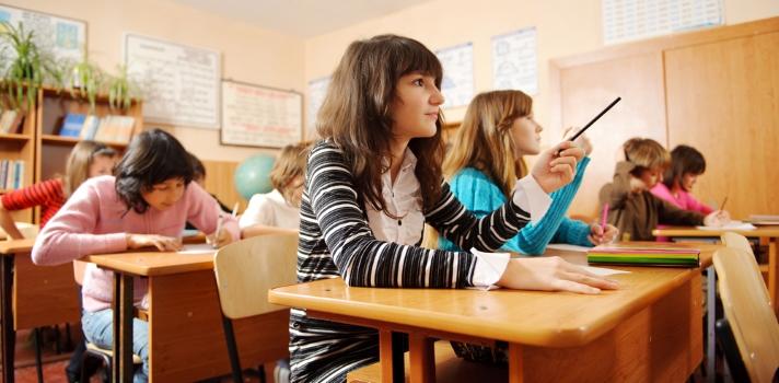"""<p>Si te gustaría incorporar más elementos audiovisuales a la hora de enseñar a niños pequeños, este curso puede ser de gran ayuda. Se trata de un Mooc desarrollado por expertos del <a title=British Film Institute href=https://www.bfi.org.uk/ target=_blank>British Film Institute</a> e impartido a través de la plataforma <a title=Future Learn href=https://www.futurelearn.com/ target=_blank>Future Learn</a>, que tiene como objetivo analizar el <strong>cine como herramienta para alfabetizar a las personas</strong>, así como estrategias para poner en práctica esta técnica en el aula.</p><blockquote style=text-align: center;><a id=REGISTRO_USUARIOS class=enlaces_med_registro_universia title=Regístrate en Universia href=https://usuarios.universia.net/home.action target=_blank>Regístrate</a>para estar informado sobre becas, ofertas de empleo, prácticas, Moocs, y mucho más.</blockquote><p>Con cuatro semanas de duración, el curso """"Teaching Literacy Through Film"""" está <strong>orientado a educadores</strong> que deseen fortalecer las habilidades de lectoescritura de sus alumnos de 5 a 19 años de edad, así como es ideal para padres que busquen nuevos recursos en la educación de sus hijos y para toda persona interesada en el tema.</p><p>Los expertos en educación a través del cine que imparten este curso brindarán a los participantes las herramientas necesarias para emplear el séptimo arte con un fin didáctico, logrando, entre otras cosas, fomentar la creatividad de los estudiantes, mejorar su vocabulario y estimular su pensamiento crítico y analítico.</p><p>Además, los estudiantes tendrán la oportunidad de participar de un foro de discusión, en donde podrán discutir con docentes y colegas acerca de las mejores prácticas pedagógicas, descargar material útil y realizar distintas habilidades, así como acceder a un listado de <strong>las mejores películas para utilizar en clase. </strong></p><p>El curso iniciará el <strong>23 de mayo.</strong> Tendrá una duración de cuatro semanas, """