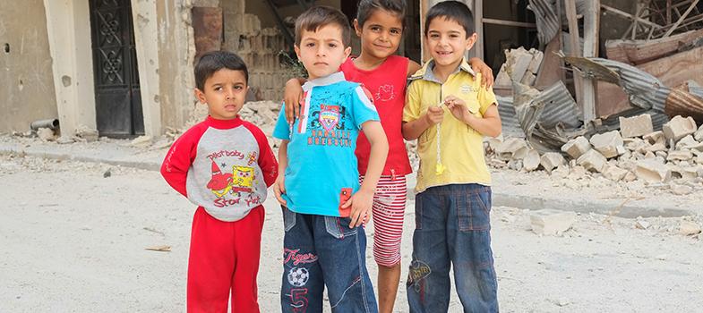 """<p>Às vésperas da conferência de doadores de Londres, evento que reúne os principais chefes de estado e ministros de 30 países do mundo, várias ONG's e agências vinculadas à <strong>Organização das Nações Unidas (ONU)</strong> pediram US$ 1,4 bilhões para dar às crianças sírias, que estejam refugiadas ou que ainda vivam em seu país, acesso à educação.</p><p></p><p><span style=color: #333333;><strong>Você pode ler também:</strong></span><br/><br/><a style=color: #ff0000; text-decoration: none; text-weight: bold; title=Garota afegã passou 5 anos se vestindo de menino para poder estudar href=https://noticias.universia.com.br/destaque/noticia/2015/11/18/1133829/garota-afega-passou-5-anos-vestindo-menino-poder-estudar.html>» <strong>Garota afegã passou 5 anos se vestindo de menino para poder estudar</strong></a><br/><a style=color: #ff0000; text-decoration: none; text-weight: bold; title=Professora afegã ganha prêmio de educação no Catar href=https://noticias.universia.com.br/destaque/noticia/2015/11/09/1133473/professora-afega-ganha-premio-educacao-catar.html>» <strong>Professora afegã ganha prêmio de educação no Catar</strong></a><br/><a style=color: #ff0000; text-decoration: none; text-weight: bold; title=Todas as notícias de Educação href=https://noticias.universia.com.br/educacao>» <strong>Todas as notícias de Educação</strong></a></p><p></p><p>O evento, que acontecerá nesta quinta-feira (4), tem como objetivo levantar fundos para combater crises humanitárias decorrentes dos conflitos na Síria e regiões adjacentes.</p><p></p><p><a title=As melhores frases de Malala Yousafzai href=https://noticias.universia.com.br/destaque/noticia/2015/12/24/1135033/melhores-frases-malala-yousafzai.html>Malala Yousafzai, que ganhou o Nobel do paz por suas ações ligadas à educação de meninas no Paquistão</a>, também está engajada na causa e deu uma declaração à agência internacional de notícias Reuters na tentativa de encorajar as doações. """"Eu conheci muitas <strong>crianças sírias re"""