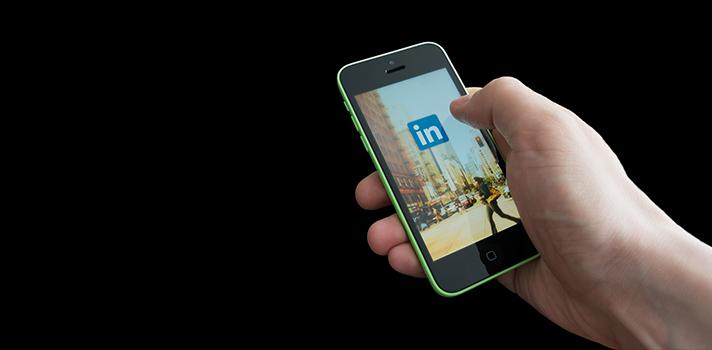<p><strong>O LinkedIn é um site cada vez mais utilizado</strong> por quem deseja se destacar no ambiente profissional. Além de ser uma ótima forma de <strong><a title=Melhore sua comunicação superando 3 mitos sobre o networking href=https://noticias.universia.com.br/carreira/noticia/2015/10/30/1133094/melhore-comunicacao-superando-3-mitos-sobre-networking.html>consolidar um networking</a></strong>, a plataforma pode ajudar a aumentar a visibilidade online aumentando as chances dos profissionais serem encontrados pelas empresas do seu interesse. No entanto, <strong>é necessário saber como aproveitar ao máximo a <a title=6 ferramentas para melhorar seu uso das redes sociais href=https://noticias.universia.com.br/carreira/noticia/2015/09/01/1130618/6-ferramentas-melhorar-uso-redes-sociais.html>rede social</a></strong>, para fazer o seu uso da forma mais eficiente possível.<br/><br/></p><p></p><blockquote style=text-align: center;>Grátis: cadastre <span style=text-decoration: underline;><a id=EMPLEO class=enlaces_med_generacion_cv title=Grátis: cadastre aqui seu CV e veja vagas href=https://www.universiaemprego.com.br/ target=_blank>aqui</a></span> seu CV e veja vagas</blockquote><p><span style=color: #333333;><strong><br/>Você pode ler também:</strong></span><br/><a style=color: #ff0000; text-decoration: none; text-weight: bold; title=Dicas para não sabotar seu perfil no LinkedIn href=https://noticias.universia.com.br/emprego/noticia/2015/03/19/1121922/dicas-sabotar-perfil-linkedin.html>»<strong>Dicas para não sabotar seu perfil no LinkedIn </strong></a><br/><a style=color: #ff0000; text-decoration: none; text-weight: bold; title=4 dicas para criar o melhor perfil de LinkedIn href=https://noticias.universia.com.br/carreira/noticia/2015/03/18/1121787/4-dicas-criar-melhor-perfil-linkedin.html>»<strong>4 dicas para criar o melhor perfil de LinkedIn</strong></a><br/><a style=color: #ff0000; text-decoration: none; text-weight: bold; title=Todas as notícias de Carreira href=