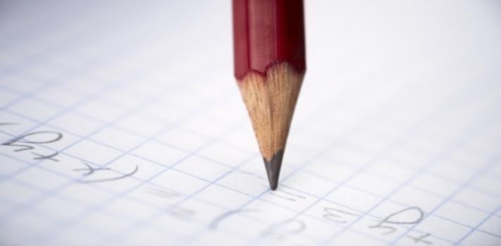 """<p>¿Te gustaría<strong> aprender matemáticas desde tu casa y en tu propio idioma</strong>? A través del canal de Youtube <a title=1a con Berni href=https://www.youtube.com/channel/UCq5YfKN6SfUHKBoIxhnAhgQ target=_blank>1a con Berni</a>, puedes acceder a lecciones gratuitas de matemáticas a nivel universitario de la mano de Bernardo Acevedo Frías, quien fue profesor de la <a title=Universidad Nacional de Colombia - Portal de estudios href=https://www.universia.net.co/universidades/universidad-nacional-colombia-bogota/in/11456>Universidad Nacional de Colombia</a>en su sede de Manizales durante 36 años.</p><p></p><p>Lee también<br/><a href=https://noticias.universia.net.co/educacion/noticia/2015/08/04/1129263/5-sitios-web-aprender-matematicas.html>5 sitios web para aprender matemáticas</a><br/><a href=https://noticias.universia.net.co/cultura/noticia/2015/08/24/1130210/10-booktubers-ayudaran-descubrir-proximo-libro-favorito.html>10 booktubers que te ayudarán a descubrir tu próximo libro favorito</a></p><p></p><p>En los últimos años, Youtube se ha convertido en una plataforma en la que puedes aprender casi cualquier cosa, ya que miles de """"youtubers"""" se dedican a compartir su conocimiento sobre distintas áreas a través de sus canales. La matemática, una asignatura que presenta una dificultad especial para muchos estudiantes colombianos, no es la excepción.</p><p>Números naturales, Aplicación de cuantificadores, Partes de un conjunto y Tipos de demostración son los nombres de algunas de las series de <strong>videocursos que ofrece Acevedo Frías.</strong></p><p>Su canal """"1ª con Berni"""", creado en febrero de 2015, ya cuenta con<strong> más de 400 videos</strong>, 894 suscriptores y 54.162 visualizaciones. Sus hijas Valentina y Natalia son quienes le ayudan a montar, editar y subir el contenido a la plataforma.La disposición de sus videos es simple pero efectiva: el docente dicta sus clases desde la habitación desde su hija, con la ayuda de una cámara y un pizarrón.</p><p>Seg"""
