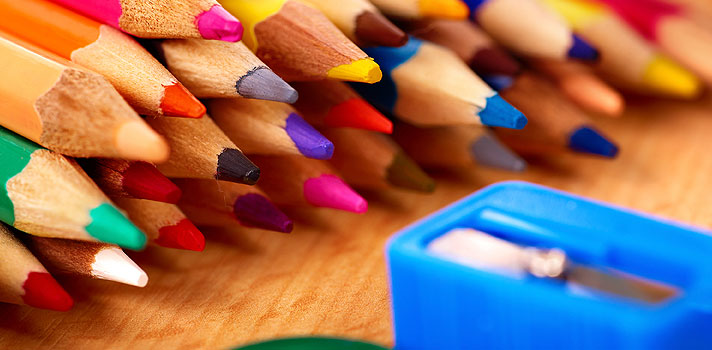 """<p>O preço do material escolar ficará mais caro em 2016. É o que prevê a <strong><a title=Associação Brasileira dos Fabricantes e Importadores de Artigos Escolares (ABFIAE) href=https://www.abfiae.org/ target=_blank>Associação Brasileira dos Fabricantes e Importadores de Artigos Escolares (ABFIAE)</a></strong>, que estima um aumento médio de 10% sobre os produtos para o próximo ano.</p><p></p><p><span style=color: #333333;><strong>Você pode ler também:</strong></span><br/><br/><a style=color: #ff0000; text-decoration: none; text-weight: bold; title=4 passos que você deve seguir ao planejar o seu início de ano letivo href=https://noticias.universia.com.br/destaque/noticia/2015/02/24/1120449/4-passos-deve-seguir-planejar-inicio-ano-letivo.html>» <strong>4 passos que você deve seguir ao planejar o seu início de ano letivo</strong></a><br/><a style=color: #ff0000; text-decoration: none; text-weight: bold; title=Fórum discute reajuste do piso salarial dos professores da rede pública href=https://noticias.universia.com.br/destaque/noticia/2015/11/25/1134094/forum-discute-reajuste-piso-salarial-professores-rede-publica.html>» <strong>Fórum discute reajuste do piso salarial dos professores da rede pública</strong></a><br/><a style=color: #ff0000; text-decoration: none; text-weight: bold; title=Todas as notícias de Educação href=https://noticias.universia.com.br/educacao>» <strong>Todas as notícias de Educação</strong></a></p><p></p><p>De acordo com os dados da Associação, o preço de materiais como caneta, borracha e massa escolar <strong>podem subir até 12%</strong>. Já os produtos importados como mochilas, estojos e lancheiras <strong>terão um aumento de 20% a 30%</strong> em relação aos valores praticados neste ano.</p><p></p><p>O levantamento indica que, nos últimos 12 meses, os itens subiram, em média, 10% e esse aumento deve ser manter para o próximo ano. """"Por conta da desvalorização da moeda, do aumento dos insumos e da mão de obra, os artigos de papelaria estão mais """