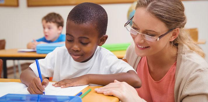 <p>Após a divulgação dos dados do <strong>Censo da Educação Básica 2015</strong>, em que foram mapeadas mais de 26 mil escolas, em mais de 4 mil municípios, o ministro da Educação, Aloizio Mercadante, se comprometeu a unir esforços de três programas do governo para garantir a alfabetização de crianças e jovens do ensino fundamental.</p><p></p><p><span style=color: #333333;><strong>Você pode ler também:</strong></span><br/><br/><a style=color: #ff0000; text-decoration: none; text-weight: bold; title=Educação a distância é a que mais cresce no Brasil, segundo censo do MEC href=https://noticias.universia.com.br/destaque/noticia/2016/02/22/1136578/educacao-distancia-cresce-brasil-segundo-censo-mec.html>» <strong>Educação a distância é a que mais cresce no Brasil, segundo censo do MEC</strong></a><br/><a style=color: #ff0000; text-decoration: none; text-weight: bold; title=Professor: assista a 4 documentários sobre o futuro da educação href=https://noticias.universia.com.br/destaque/noticia/2015/12/08/1134478/professor-assista-4-documentarios-sobre-futuro-educacao.html>» <strong>Professor: assista a 4 documentários sobre o futuro da educação</strong></a><br/><a style=color: #ff0000; text-decoration: none; text-weight: bold; title=Todas as notícias de Educação href=https://noticias.universia.com.br/educacao>» <strong>Todas as notícias de Educação</strong></a></p><p></p><p>Por meio do censo, constatou-se que cerca de <strong><a title=Brasil investe mais em educação, mas tem baixa escolaridade href=https://noticias.universia.com.br/destaque/noticia/2015/11/24/1134035/brasil-investe-educacao-baixa-escolaridade.html>600 mil crianças em idade pré-escolar ainda estão fora das salas de aula</a></strong>, o que representa <strong>17,3% da população</strong> nessa faixa etária. Além disso, as escolas mapeadas pelo estudo concentram cerca de 70% dos estudantes que foram avaliados com <strong>alfabetização incompleta</strong> no 5º ano, de acordo com os resultados da Prova Brasil. S