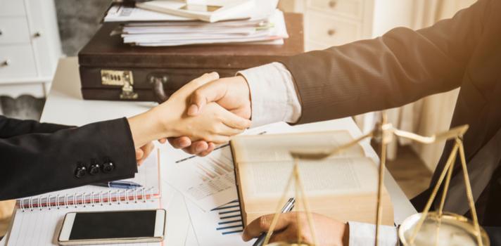 La carrera de derecho ofrece amplias salidas profesionales en diversos ámbitos