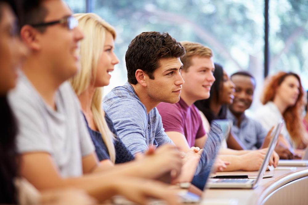 <p>Conseguir um diploma no ensino superior é, certamente, uma vitória. Superar os desafios da graduação e conseguir se habilitar para o exercício de uma profissão é o primeiro passo rumo ao sucesso na carreira. No entanto, não é segredo que a universidade ou instituição cursada fará a diferença no momento em que o seu currículo é analisado.</p><p>As empresas, bem como os empregadores, terão preferência por certos nomes e consideram algumas instituições melhores do que as outras na hora de considerar um recrutamento.</p><p></p><h2><strong>O levantamento</strong></h2><p>A empresa britânica de consultoria Quacquarelli Symonds, ou QS, elaborou recentemente um levantamento de abrangência internacional que considera instituições educacionais e a sua reputação dentre os empregadores.</p><p>Os critérios levados em conta são a reputação, o desempenho de alunos egressos, o número de parcerias com empresas, a presença de empresas nas dependências da instituição e a proporção de egressos que conseguem posicionamento no mercado de trabalho em um período de 12 meses após a formatura.</p><p></p><h2><strong>Os resultados</strong></h2><p>O ranking final apresenta a Universidade Stanford como a primeira colocada mundial. Nas 2ª e 3ª posições, respectivamente, estão a UCLA (Universidade da Califórnia) e Harvard.</p><p>A primeira instituição brasileira a figurar na lista é a Universidade de São Paulo, a USP, em 61º lugar.</p><p></p><h2><strong>USP</strong></h2><p>Com nota geral de 66,3 (numa escala de 0 a 100), a USP figura na posição 61. A universidade pública e estadual costuma figurar entre as primeiras também em seleções nacionais, como o RUF ou Ranking Universitário Folha. Na última edição do RUF, a USP aparece em 3º lugar.</p><p></p><p><strong>Unicamp</strong></p><p>Na lista da QS, a Unicamp está entre as posições 201 e 250, com nota geral entre 32,3 e 37,9. No RUF, a instituição ocupa atualmente o 2º lugar.</p><p></p><p><strong>Universidade Federal do Rio de Janeiro</strong></p>
