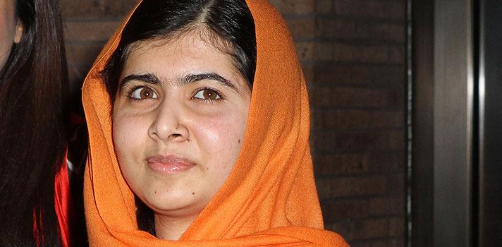 <p><strong>Nesta véspera de Natal</strong>, época de ajudar o próximo e pedir por um mundo mais justo, preparamos uma seleção com as <strong><a title=Aprenda 4 lições de vida com Malala Yousafzai href=https://noticias.universia.com.br/destaque/noticia/2014/10/15/1113217/aprenda-4-lices-vida-malala-yousafzai.html>5 frases mais inspiradoras de Malala Yousafzai</a></strong>, ativista paquistanesa que quase morreu lutando pela educação e também a mais jovem pessoa a receber o<strong> Prêmio Nobel da Paz</strong>. Veja a seguir e inspire-se:</p><p></p><p><span style=color: #333333;><strong>Você pode ler também:</strong></span><br/><br/><a style=color: #ff0000; text-decoration: none; text-weight: bold; title=As 7 melhores frases de Natal href=https://noticias.universia.com.br/cultura/noticia/2015/12/24/1135008/7-melhores-frases-natal.html>» <strong>As 7 melhores frases de Natal</strong></a><br/><a style=color: #ff0000; text-decoration: none; text-weight: bold; title=Inspire-se com 10 frases de livros infantis href=https://noticias.universia.com.br/cultura/noticia/2015/10/07/1132142/inspire-10-frases-livros-infantis.html>» <strong>Inspire-se com 10 frases de livros infantis</strong></a><br/><a style=color: #ff0000; text-decoration: none; text-weight: bold; title=Todas as notícias de Educação href=https://noticias.universia.com.br/educacao>» <strong>Todas as notícias de Educação</strong></a></p><p></p><ul style=list-style-type: circle;><li>Não se esqueça: um livro, uma caneta, uma criança e um professor podem mudar o mundo</li></ul><p></p><ul style=list-style-type: circle;><li>Não deveria haver nenhum tipo de preconceito contra os idiomas falados pelas pessoas, a cor de suas peles, ou religião.</li></ul><p></p><ul style=list-style-type: circle;><li>Se você a qualquer lugar, mesmo que seja o paraíso, sentirá falta do seu lar</li></ul><p></p><ul style=list-style-type: circle;><li>Quando o mundo todo está em silêncio, o som de uma única voz torna-se poderoso</li></ul><p></p><u