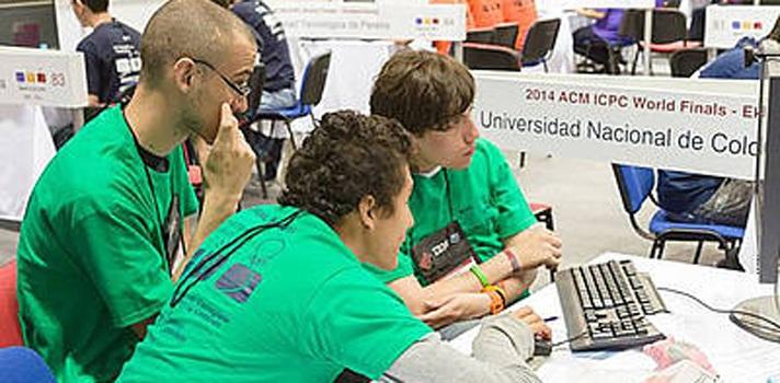 """<p style=text-align: justify;>""""U.N. Ras tas tas"""" es el nombre de este grupo de estudiantes que resolvió algoritmos y lenguajes de programación como Java y G++ durante esta competición en la que la multinacional busca seleccionar los mejores desarrolladores de software del país. En mayo asistirán al mundial de maratón que se realizará en Marruecos.</p><p style=text-align: justify;></p><p style=text-align: justify;>Diego Iván Caballero, estudiante de octavo semestre de Ingeniería de Sistemas y Computación de la U.N. e integrante del grupo, explica que la experiencia para resolver los problemas se debe a la participación en otros concursos de programación a nivel mundial.</p><p style=text-align: justify;></p><p style=text-align: justify;>Uno de los problemas propuestos consistió en controlar las escaleras eléctricas de un edificio y predecir el tiempo mínimo para llegar del piso 1 al 55.</p><p style=text-align: justify;></p><p style=text-align: justify;>El grupo resolvió el asunto por medio de representaciones en las que las escaleras de cada piso fueron comparadas con carreteras que llevaban a una ciudad.</p><p style=text-align: justify;></p><p style=text-align: justify;>Para lograrlo, aplicaron el algoritmo Dijkstra, utilizado para distancias mínimas y tiempos recorridos sobre grafos (mapas constituidos por nodos y aristas que permiten visualizar conexiones entre diferentes puntos), con el que obtuvieron el resultado correcto, y fueron los únicos, entre 144 participantes, en dar la respuesta.</p><p style=text-align: justify;></p><p style=text-align: justify;>""""En nuestro grupo entrenamos fútbol todos los días, resolvemos problemas con recursos online y analizamos algoritmos, buscando desarrollar y optimizar lenguajes de programación que faciliten superar situaciones de la vida cotidiana"""" afirma Caballero.</p><p style=text-align: justify;></p><p style=text-align: justify;>Un ejemplo para explicar lo que hacen es la aplicación mundial llamada Waze, que determina los tie"""