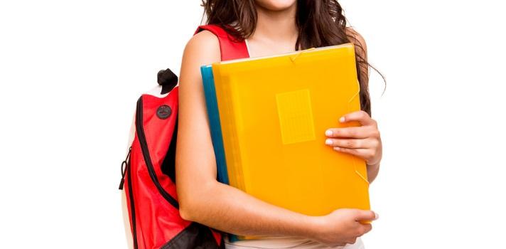 """<p><strong>Ser un buen estudiante</strong> implica que estudies, pero más allá de esa obviedad existen otras actitudes que si las sigues también te ayudarán a <strong>progresar en tus estudios</strong>. Descúbrelas a continuación y conviértete en un estudiante sobresaliente. <br/><br/><strong><br/>6 tips para ser un mejor alumno en clase</strong><br/><strong><br/><br/>1 – Siéntate adelante</strong></p><p>Sentarte en la primera o en una de las primeras filas en clase hará que estés <strong>más atento y sobre todo alejado de las distracciones</strong> que generalmente son más frecuentes en el fondo del salón. Además, tendrás <strong>mejor visibilidad</strong>de lo que escriba y proyecte el profesor y también <strong>mejor audición</strong>de lo que diga. <br/><strong><br/><br/>2 - Toma apuntes</strong></p><p>Los <a href=https://noticias.universia.com.pa/educacion/noticia/2016/06/03/1140460/cosas-debes-hacer-tomas-apuntes-clase.html target=_blank>apuntes de clase</a>son ideales para complementar y comprender el material de estudio, a la vez que al tomar apuntes vas <strong>siguiendo el ritmo de la clase</strong>. <br/><strong><br/><br/>3 – Interviene</strong></p><p>Demuéstrales a tus profesores que has estudiado la lección <a href=https://noticias.universia.com.pa/educacion/noticia/2015/10/27/1132936/como-participar-clase.html target=_blank>participando en clase</a>, pero ten cuidado en no """"pasarte"""" en este aspecto tratando de ser tú quien conduzca la lección o no dando lugar a tus compañeros para que intervengan también. En este aspecto, <strong>levanta la mano y espera que el profesor te de la palabra</strong>. Asimismo, si vas a hacer preguntas asegúrate que sean pertinentes o enriquecedoras. <br/><strong><br/><br/>4 – Sé puntual</strong></p><p>A la hora que empieza la clase tú ya debes estar sentado con los materiales que necesitas organizados, ya que tanto si entras tarde al salón como si comienzas a sacar todo cuando el profesor ya empezó a hablar, aunque seas mu"""